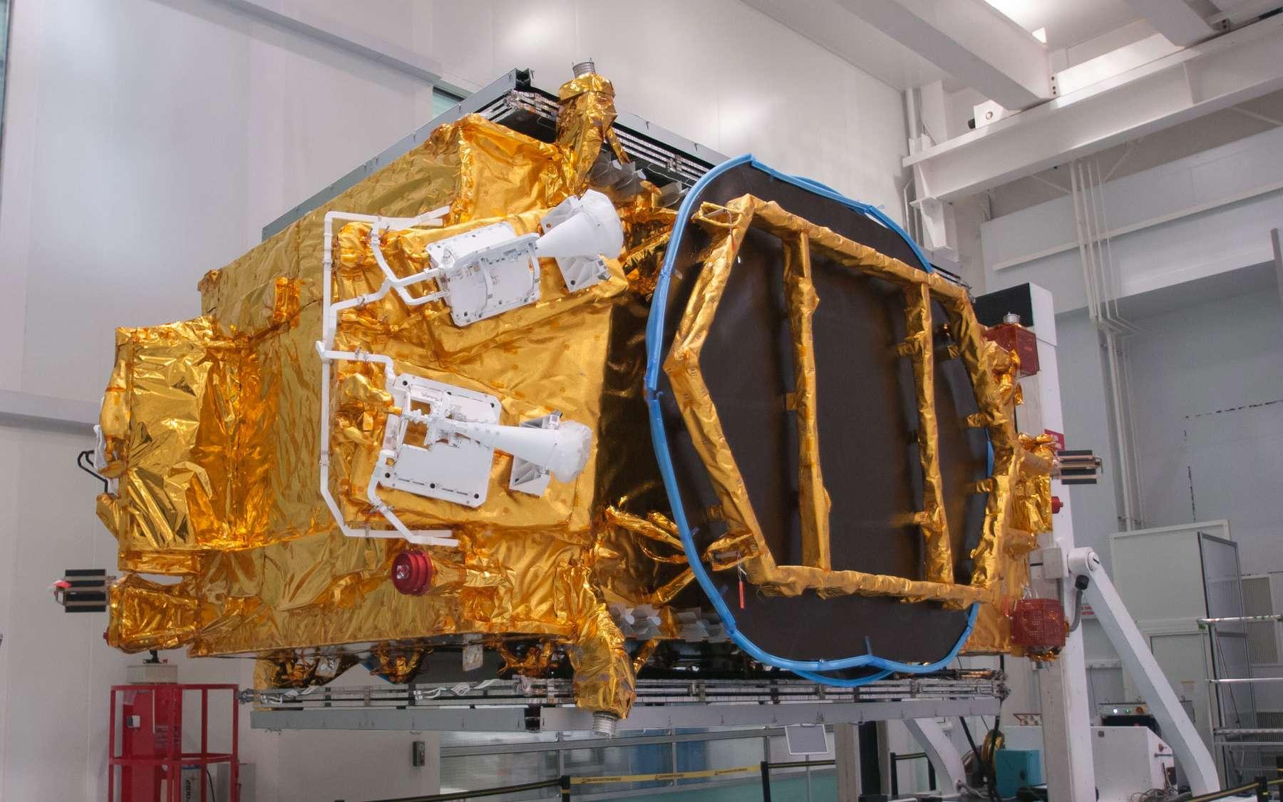 Le satellite TurkmenAlem52E/MonacoSAT, premier satellite du Turkménistan, a été construit dans l'usine cannoise de Thales Alenia Space. © Rémy Decourt