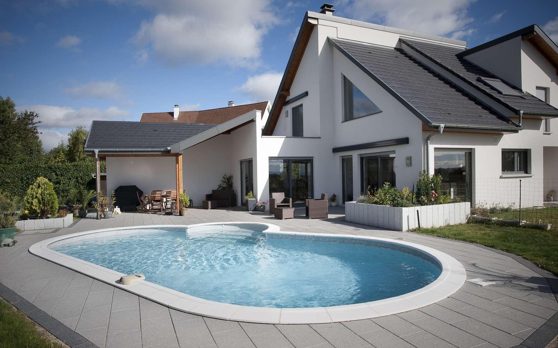 Le dallage d'une piscine implique un calcul minutieux de la surface et des angles. © Piscines Waterair, Wikimedia Commons, CC BY 2.0