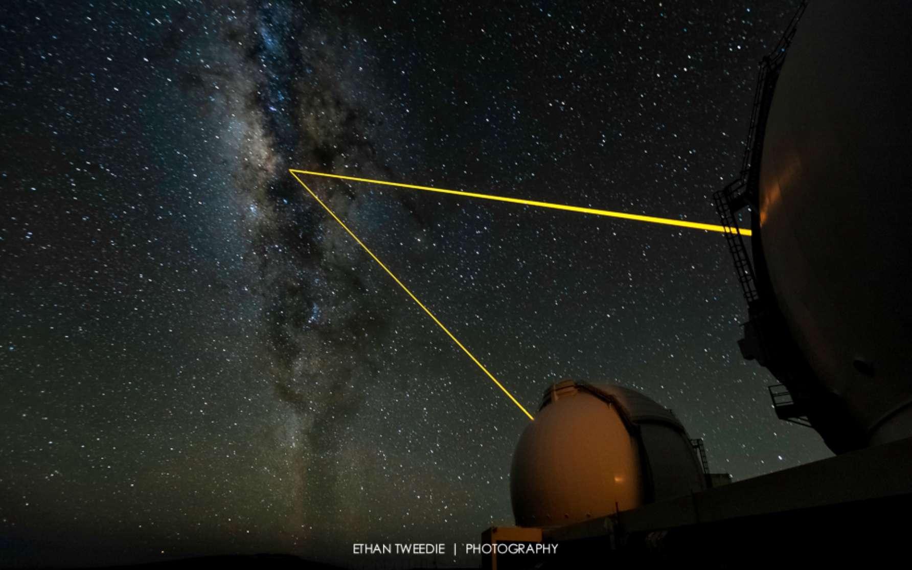 Une vue des deux télescopes de l'Observatoire Keck utilisant des faisceaux laser pour faire de l'optique adaptative et sonder les mystères du centre de la Voie lactée. © Ethan Tweedy-www.ethantweedi