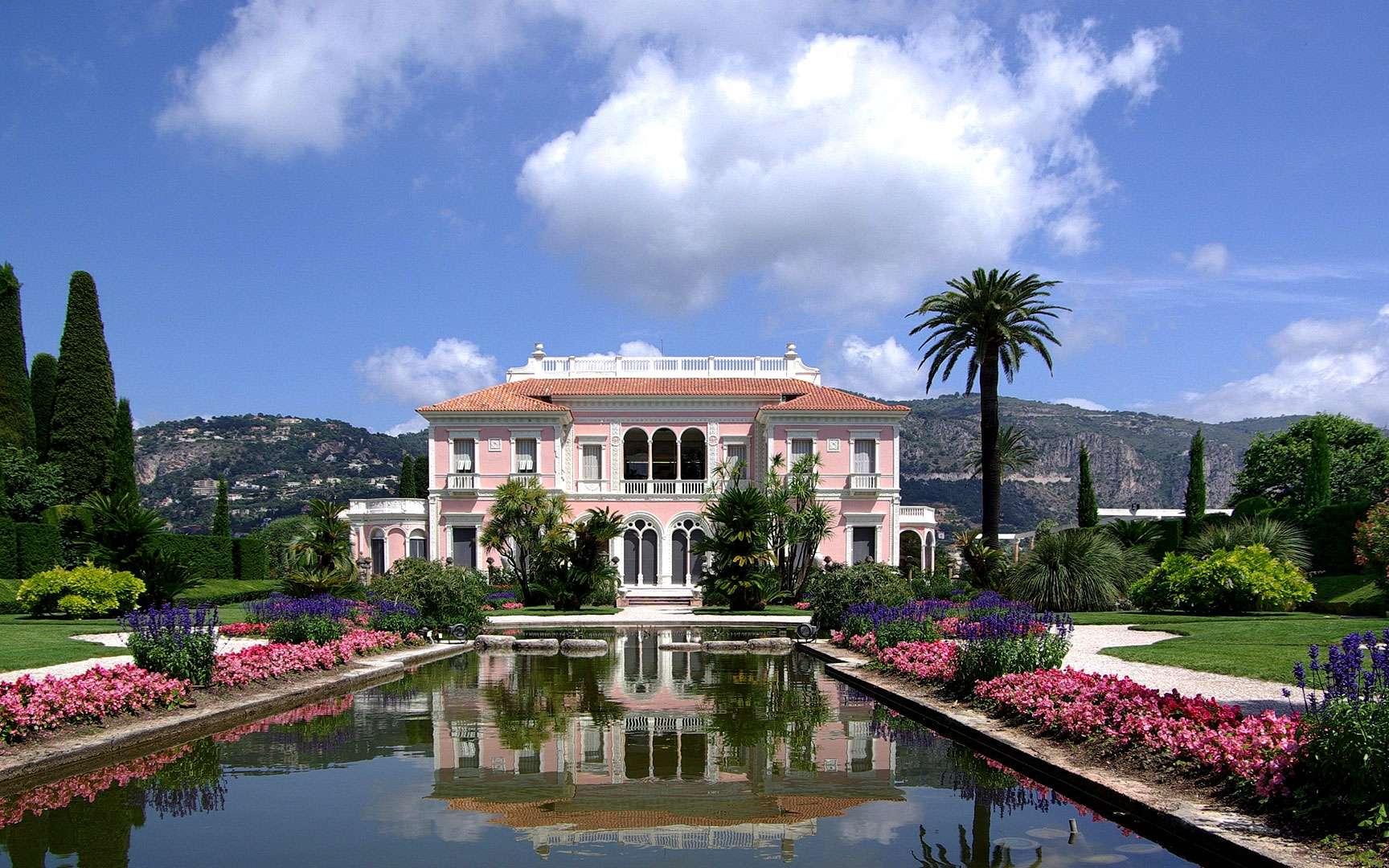 Les merveilleux jardins de la Villa Ephrussi de Rothschild. La villa Ephrussi de Rothschild surplombe la Méditerranée comme un navire entouré de jardins à thèmes. Ils sont attribués aux architectes-paysagistes Achille Duchêne et Harold Peto. Il existe : un jardin à la française ;un jardin espagnol ;un jardin florentin ;un jardin japonais ;un jardin de Sèvres ; un jardin provençal ;un jardin exotique ;un jardin lapidaire. La villa possède aussi une roseraie regroupant 100 variétés de roses dont l'une porte aujourd'hui le nom de la baronne. Il y avait un zoo, aujourd'hui disparu, qui réunissait des perruches, des singes, des mangoustes, des gazelles, des antilopes, des flamants roses... L'ensemble possède des vestiges archéologiques, des patios, des pergolas, des cascades, des bassins, des palmiers, des parterres fleuris, des jacinthes d'eau, des papyrus géants, des bambous... © Berthold Werner, Wikimedia Commons, CC by-sa 3.0