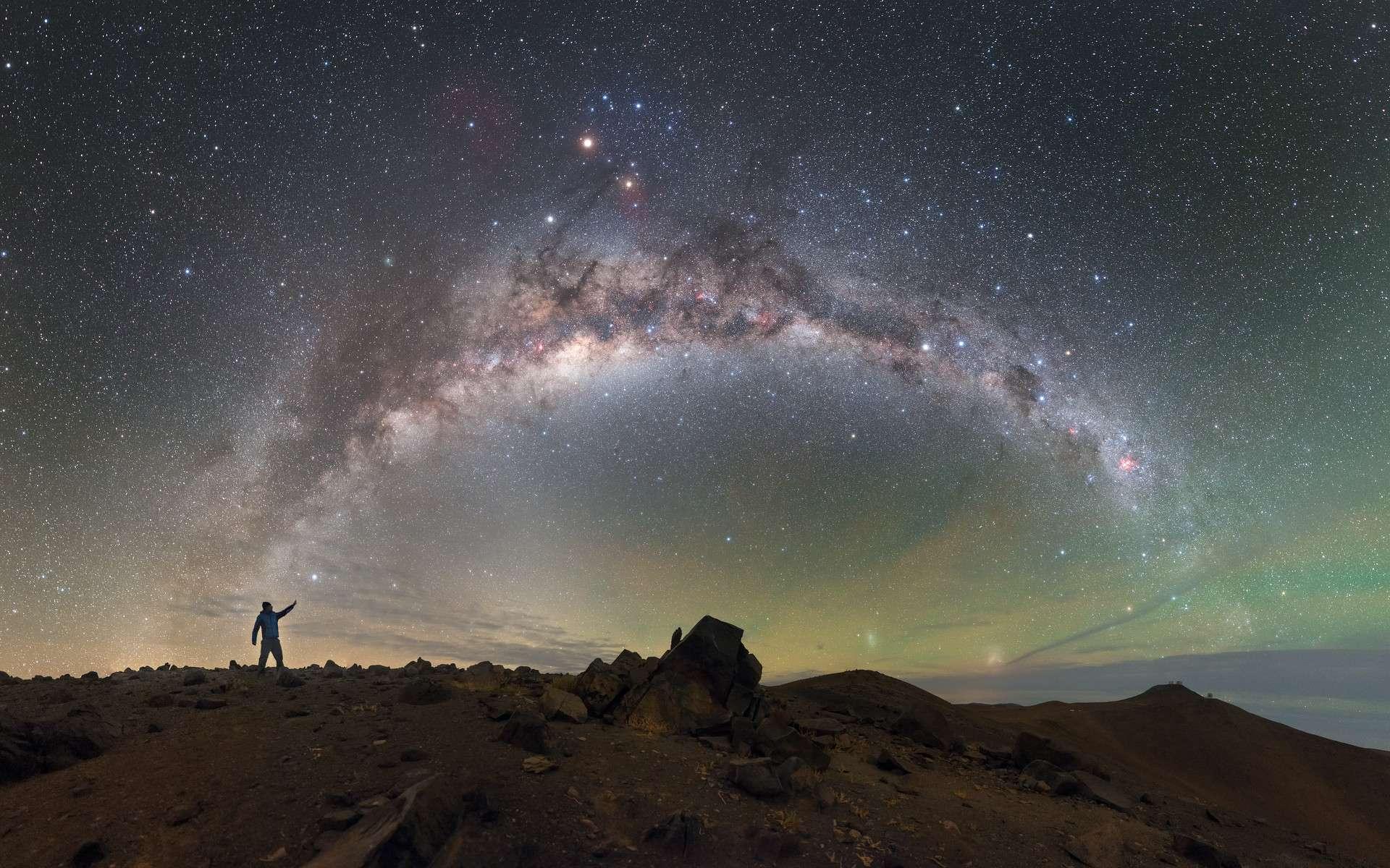 La Voie lactée, échine de la voûte céleste, photographiée ici au Chili. Au loin, à l'arrière-plan à droite, le VLT au sommet du mont Paranal (2.700 m). © P. Horálek, ESO