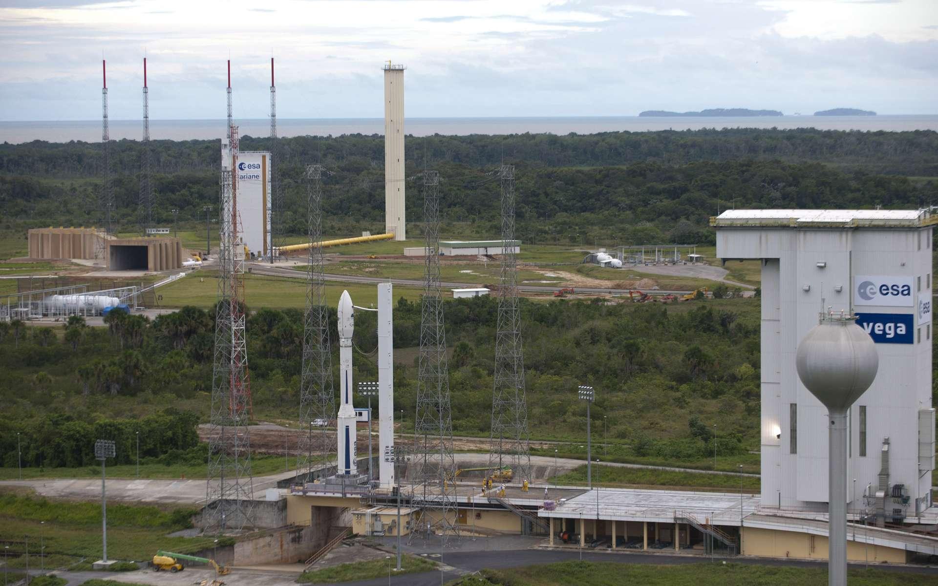 Le premier vol de qualification de Vega (VV01), ici sur son pas de tir à côté de celui d'Ariane 5, sera suivi du programme d'accompagnement Verta qui finance les cinq premiers vols ainsi qu'une amélioration des performances du lanceur. © Esa/S. Corvaja