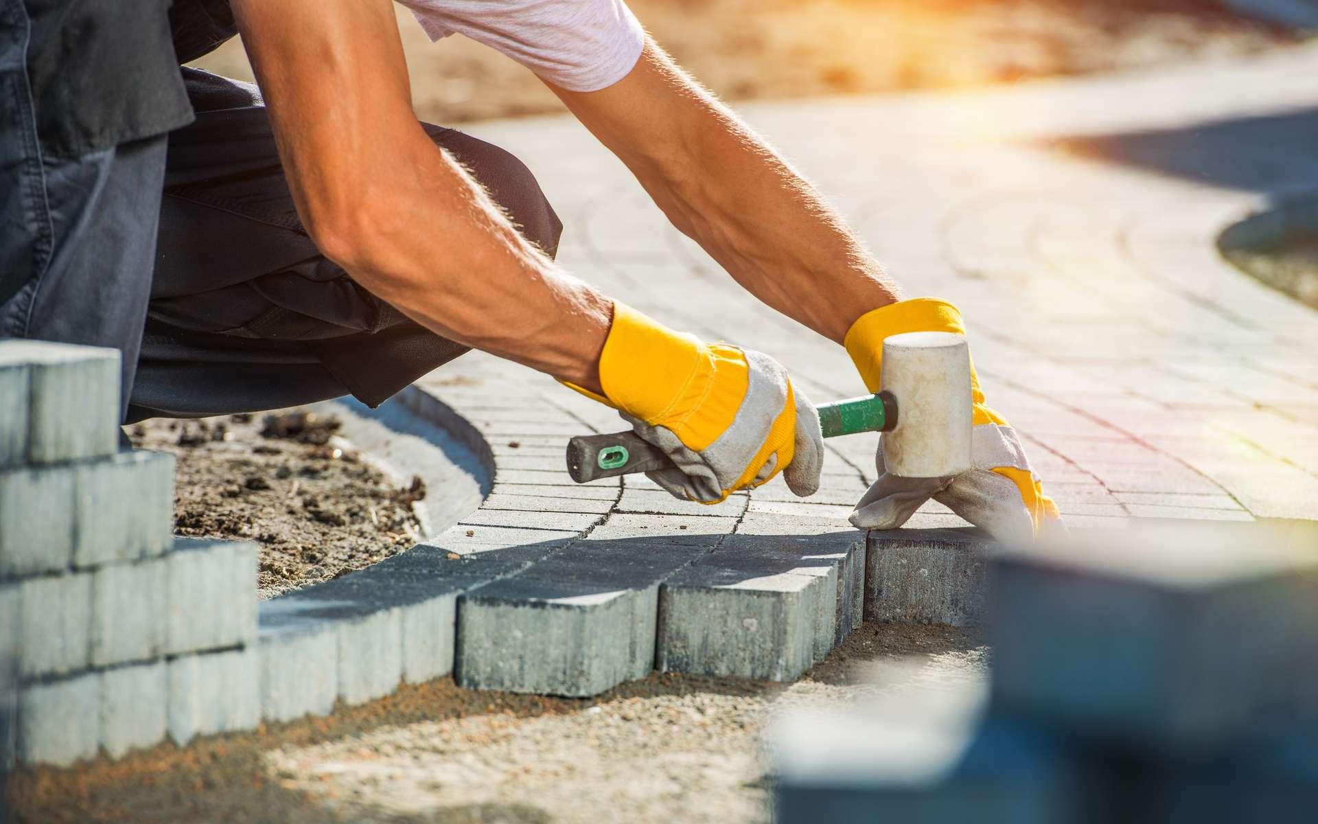 Dalles ou pavés, pour créer une allée dans le jardin, la pose peut s'effectuer sur un lit de sable compacté ou sur une dalle armée en béton. © Tomasz Zajda, Adobe Stock