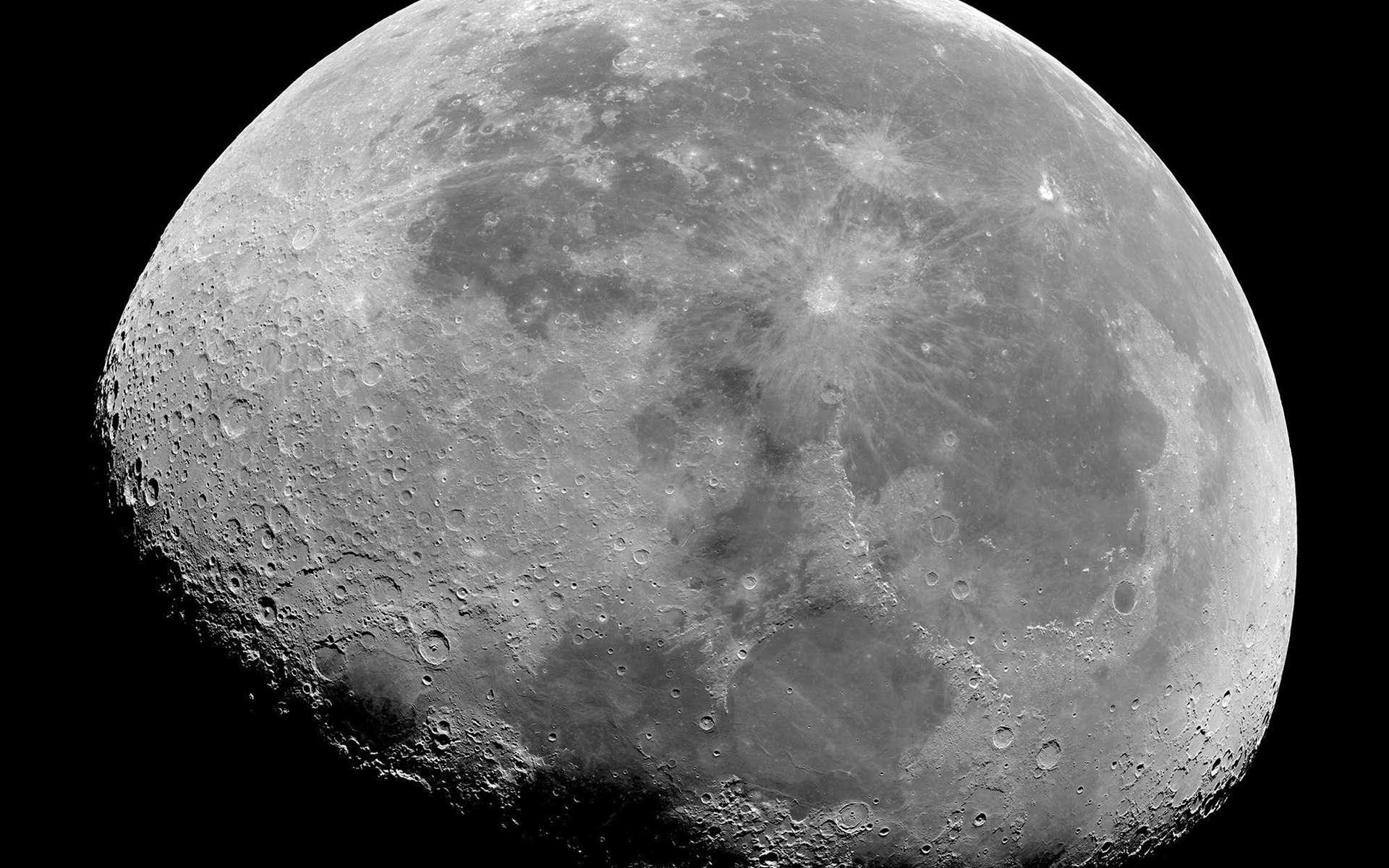 Image de la Lune acquise par le satellite Pléiades Neo 3 le 29 juin 2021. En bas, le terminateur : la lumière rasante et les ombres accentuent le relief des cratères. © Pléiades Neo, Airbus DS 2021