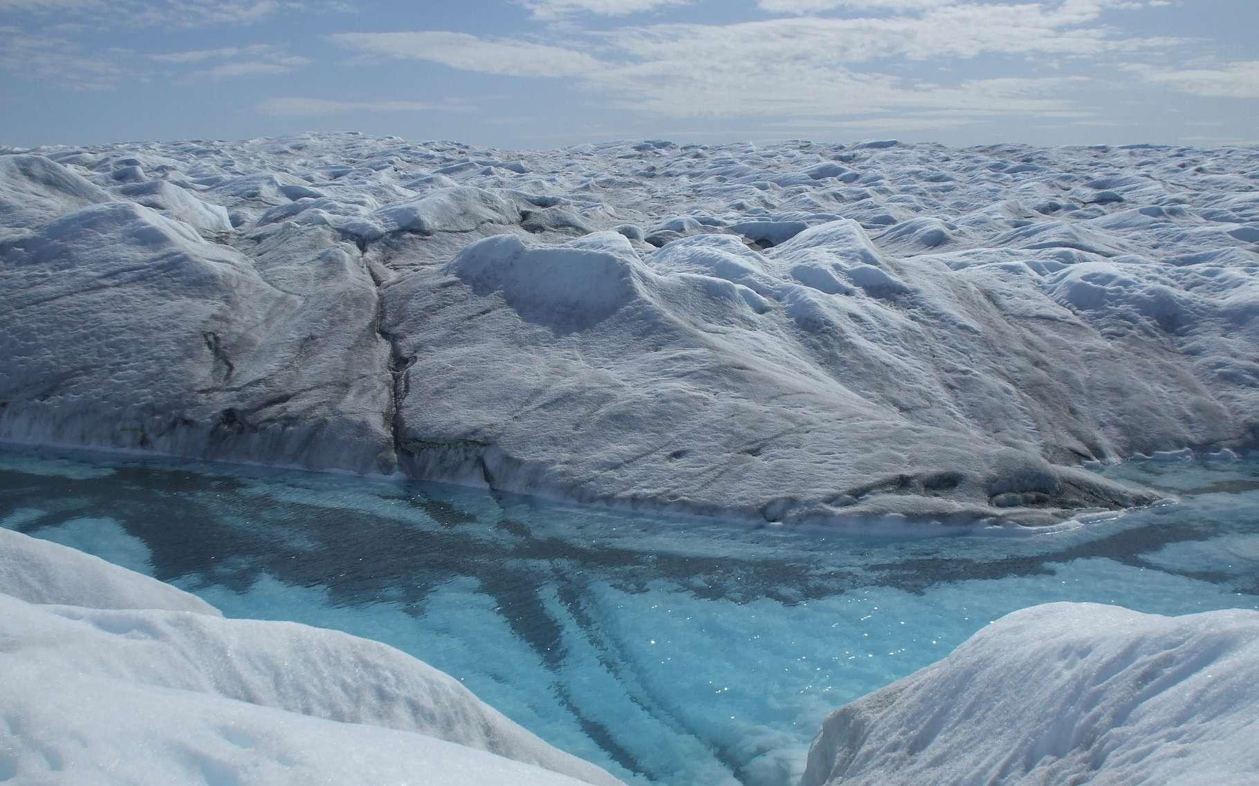 La calotte glaciaire du Groenland mesure plus de deux kilomètres d'épaisseur mais toutes les observations, au sol ou depuis les satellites, montrent une réduction de la quantité de glace au fil des années. Ici une rivière coulant sur la glace en été, photographiée par l'équipe A2 en 2009. © A2