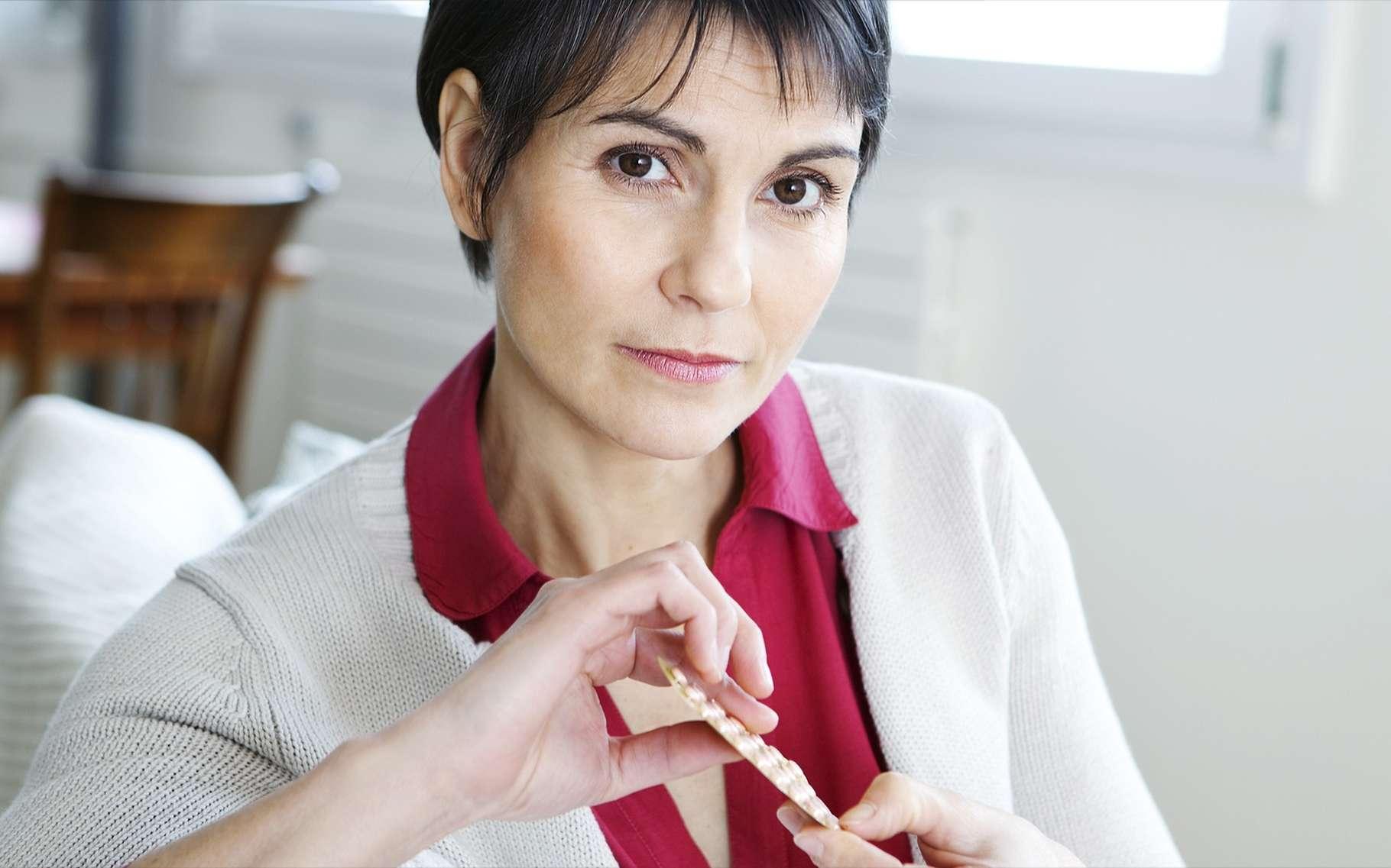 Le traitement hormonal substitutif de la ménopause vise à supprimer les symptômes dus à l'arrâte de production des œstrogènes. © Image Point Fr, Shutterstock