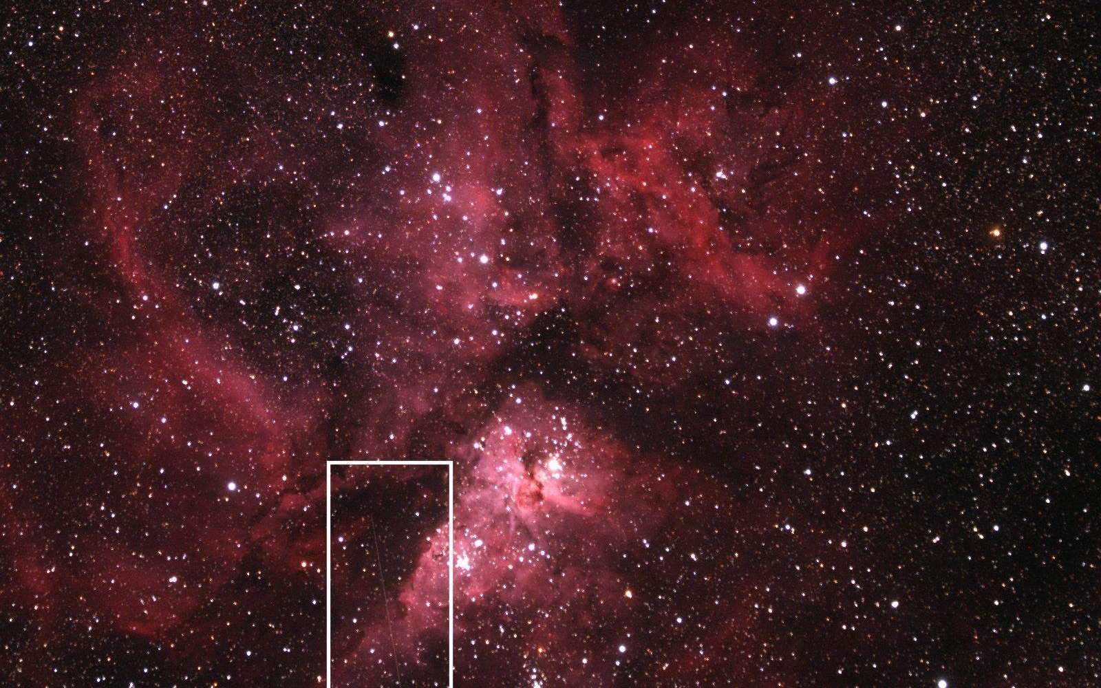 Depuis l'observatoire australien de Siding Spring, un télescope automatique a enregistré la trace du passage de l'astéroïde 2012 DA 14 dans le champ de la nébuleuse qui entoure l'étoile Eta Carinae. © Nasa, MSFC, Aaron Kingery