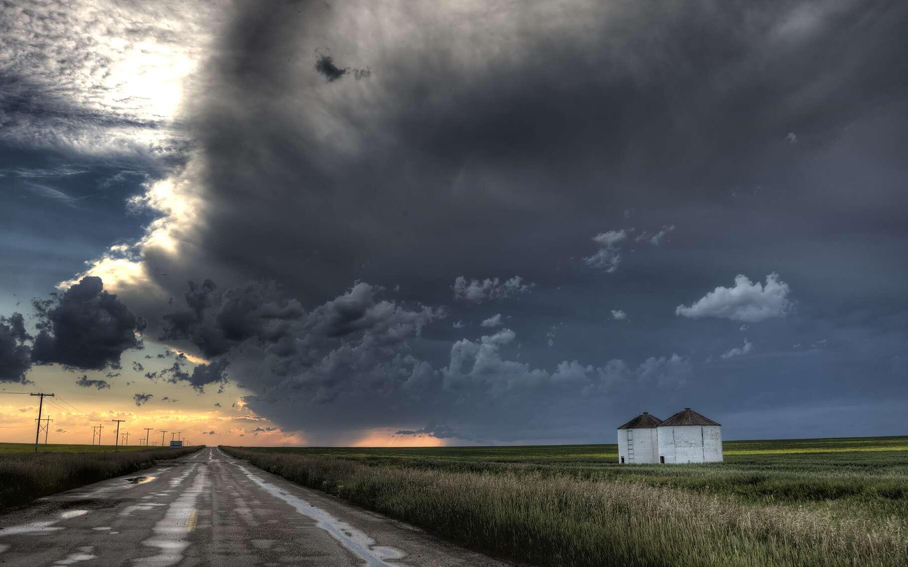 Les eaux drainées par la route peuvent être récupérées par un bassin d'orage routier. © Pictureguy, Shutterstock