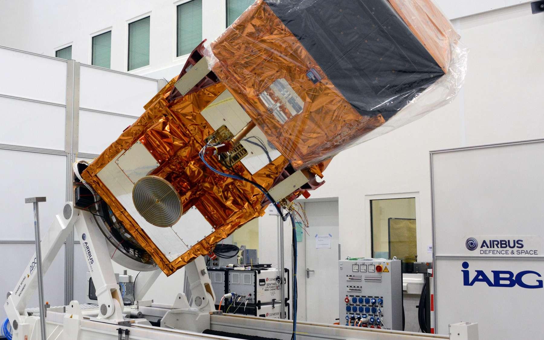 Une série de tests ont été réalisés sur Sentinel 2 au centre d'essais d'IABG. Le but est de s'assurer de son bon fonctionnement en orbite et qu'il pourra résister aux contraintes de son lancement. © Rémy Decourt