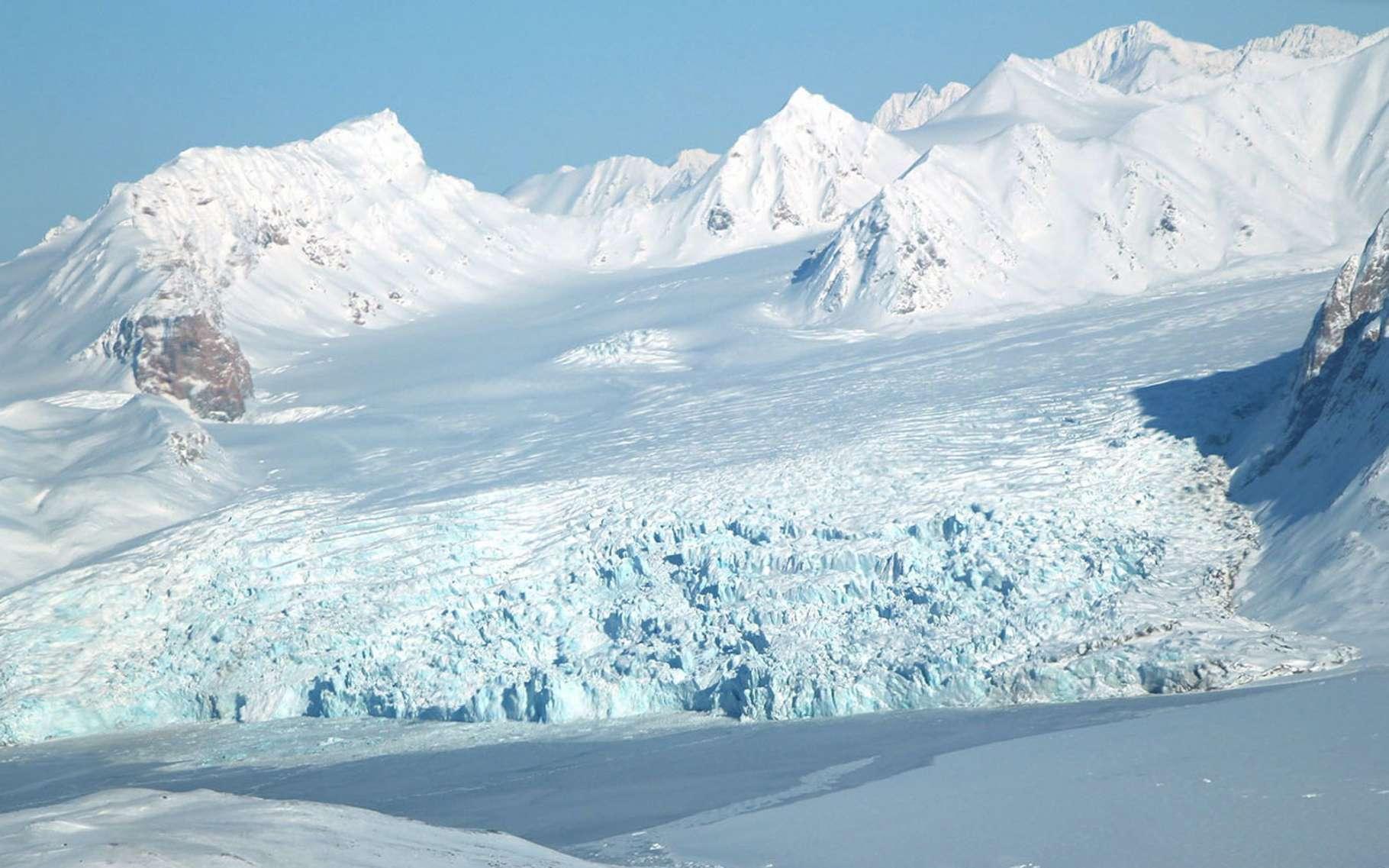 Ce glacier se trouve dans la région de l'archipel norvégien du Svalbard, l'une des sept régions dans lesquelles la fonte des glaces s'accélère, provoquant l'épuisement des ressources en eau douce. © John Sonntag, Nasa