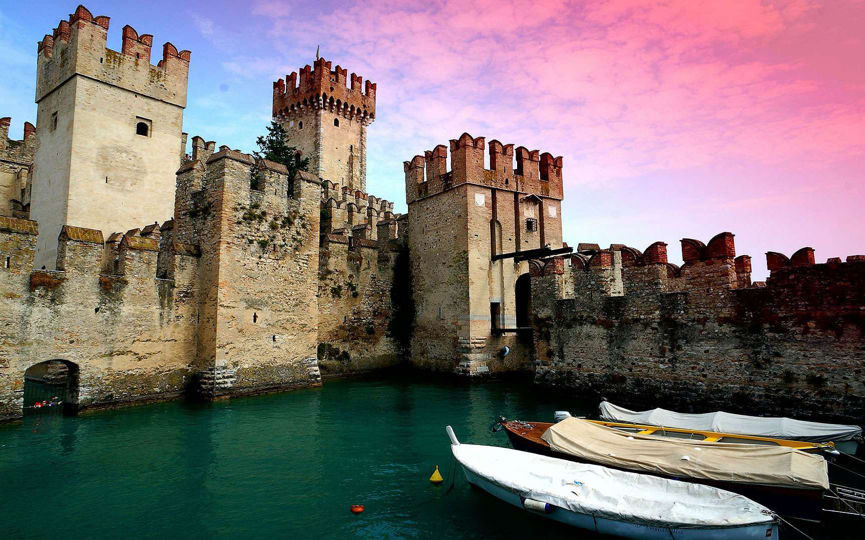 Le château Scaliger de Sirmione. Le château Scaliger de Sirmione date du XIIIe siècle. Il a été construit par les Scaliger, les seigneurs de Vérone, sur une presqu'île du lac de Garde. © Amaury Le Hesran, Flickr, CC by-nc-nd 2.0