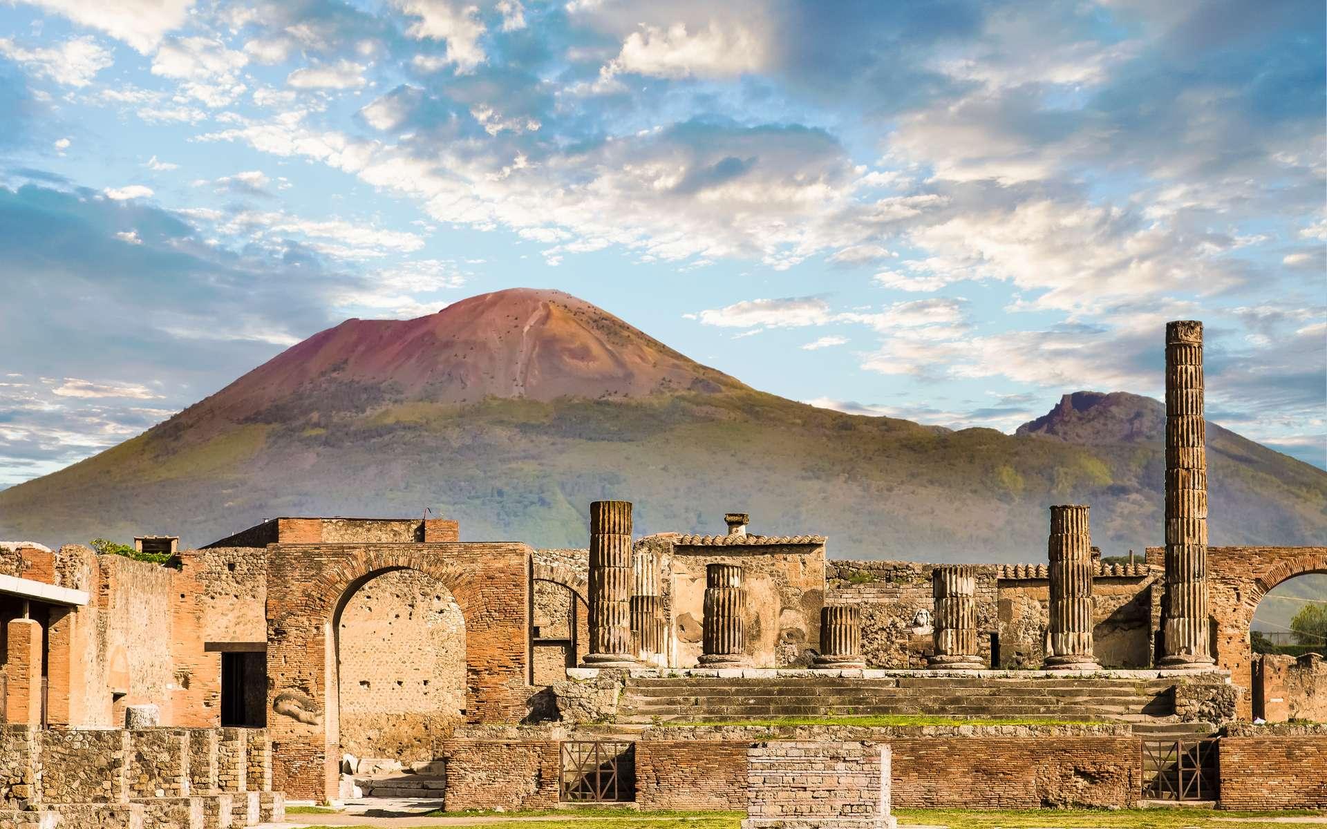 Photographie des ruines de Pompéi devant le Vésuve, dont l'éruption a détruit la ville en 79 après J.-C. © dbvirago, Adobe Stock