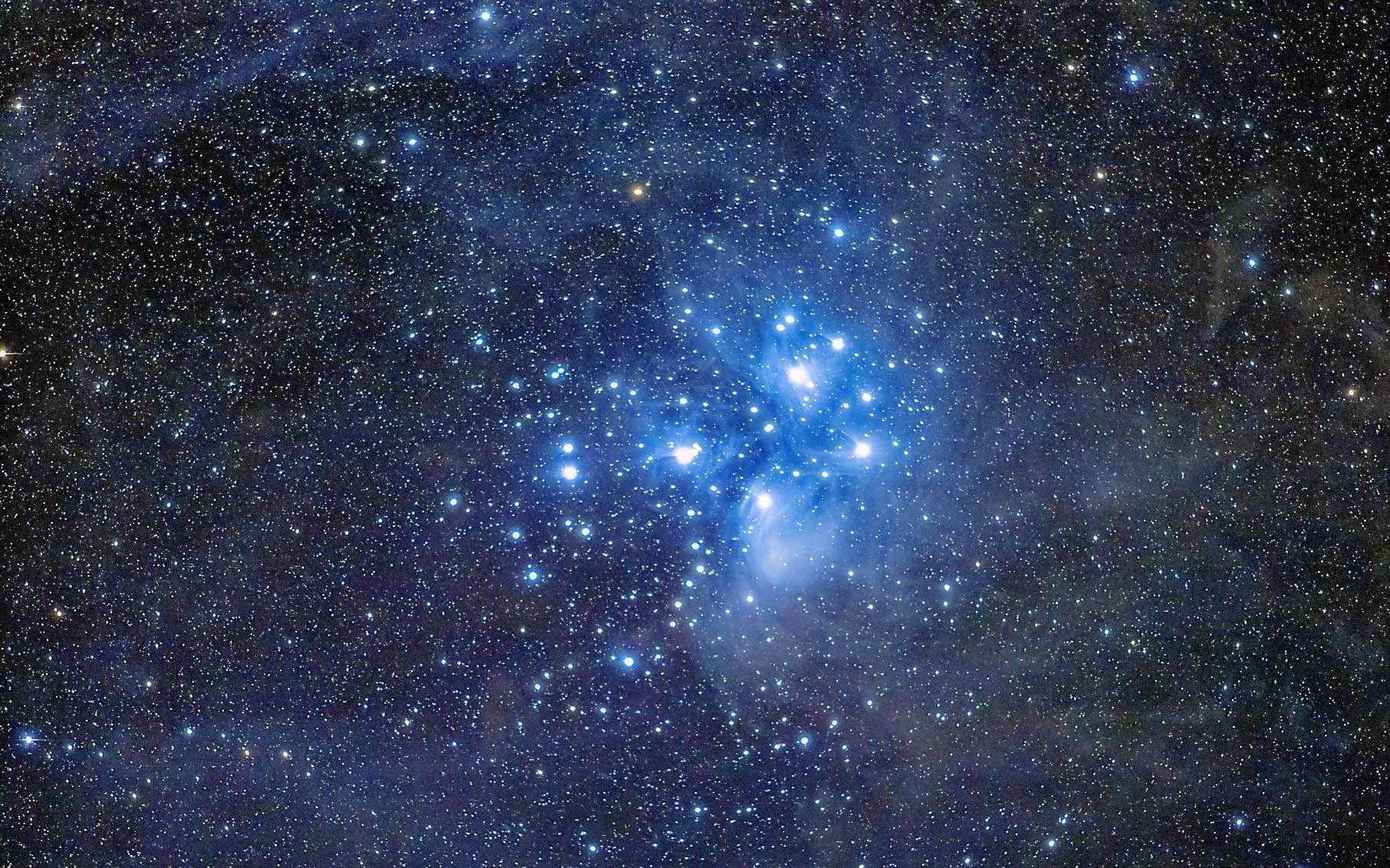 L'amas ouvert des Pléiades (M 45) aussi nommé les Sept sœurs ou les Sept filles d'Atlas. © Yasuhi Aoshima