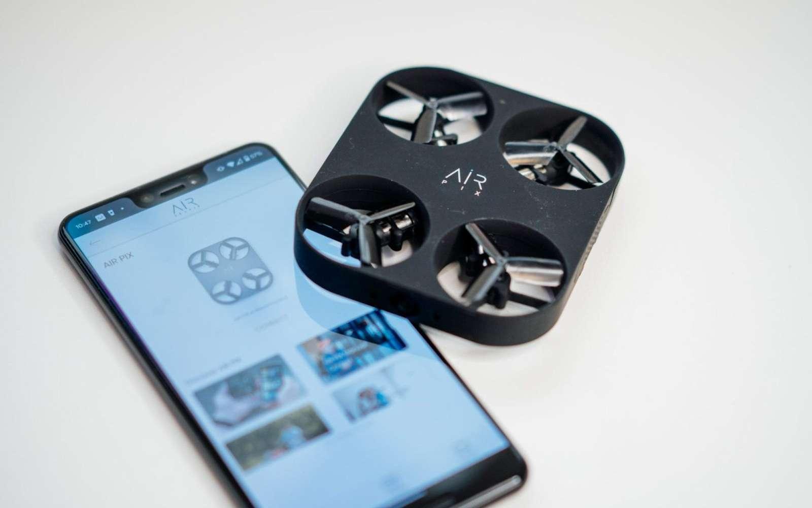 Il existe déjà des mini-drones qui permettent de prendre des photos ou de filmer en étant reliés à un smartphone. Mais ils sont déjà plus gros qu'un téléphone. © BestBuy