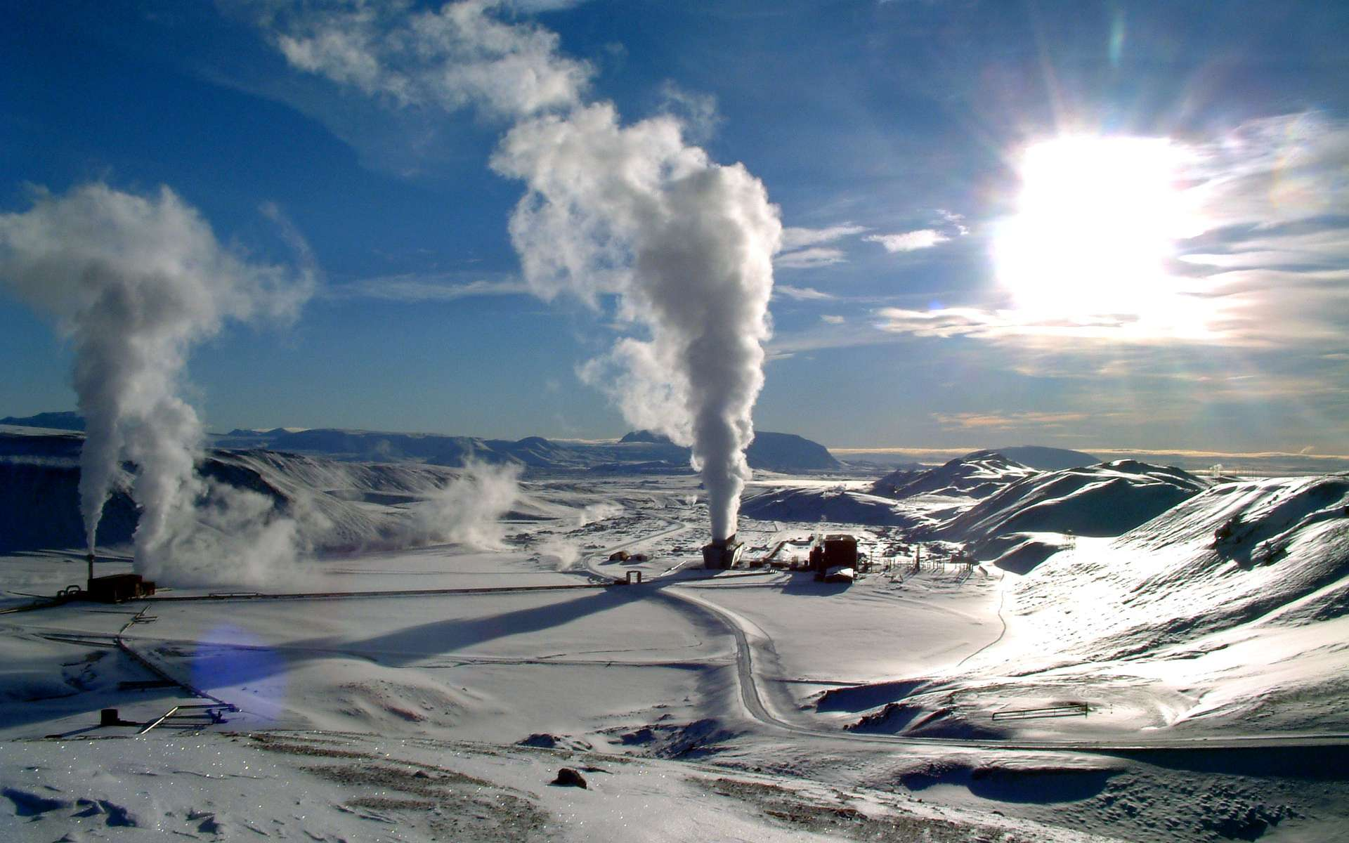 Construite en 1977, la centrale islandaise de Krafla exploite la géothermie à grande échelle, alimentant environ 20 % de la population de l'île en électricité. Les régions volcaniques ne sont pas les seules à se prêter à la géothermie. © Ásgeir Eggertsson, CC by-nc-sa 3.0