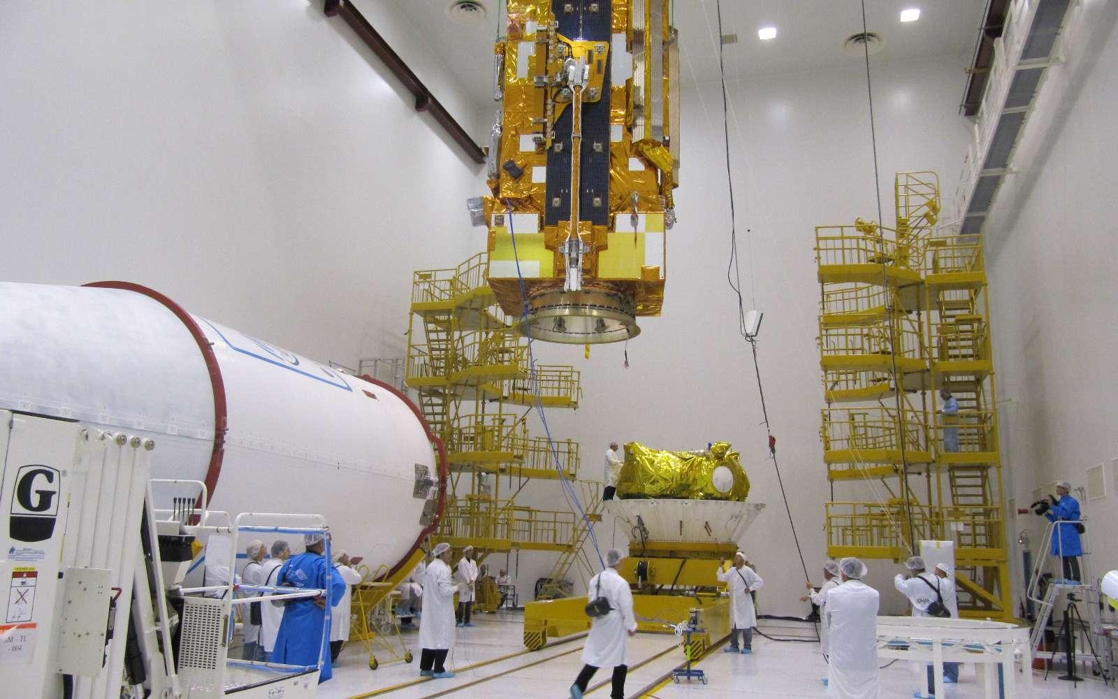 Les quatre tonnes de Metop-B, le deuxième satellite de météorologie polaire de l'Europe, sont installées sur le lanceur Soyouz. Au premier plan et à gauche, la coiffe du lanceur à l'intérieur de laquelle il sera logé pour le protéger pendant la traversée de l'atmosphère et, au fond et à droite, l'étage supérieur Fregat sur lequel il est en cours d'intégration. © Esa