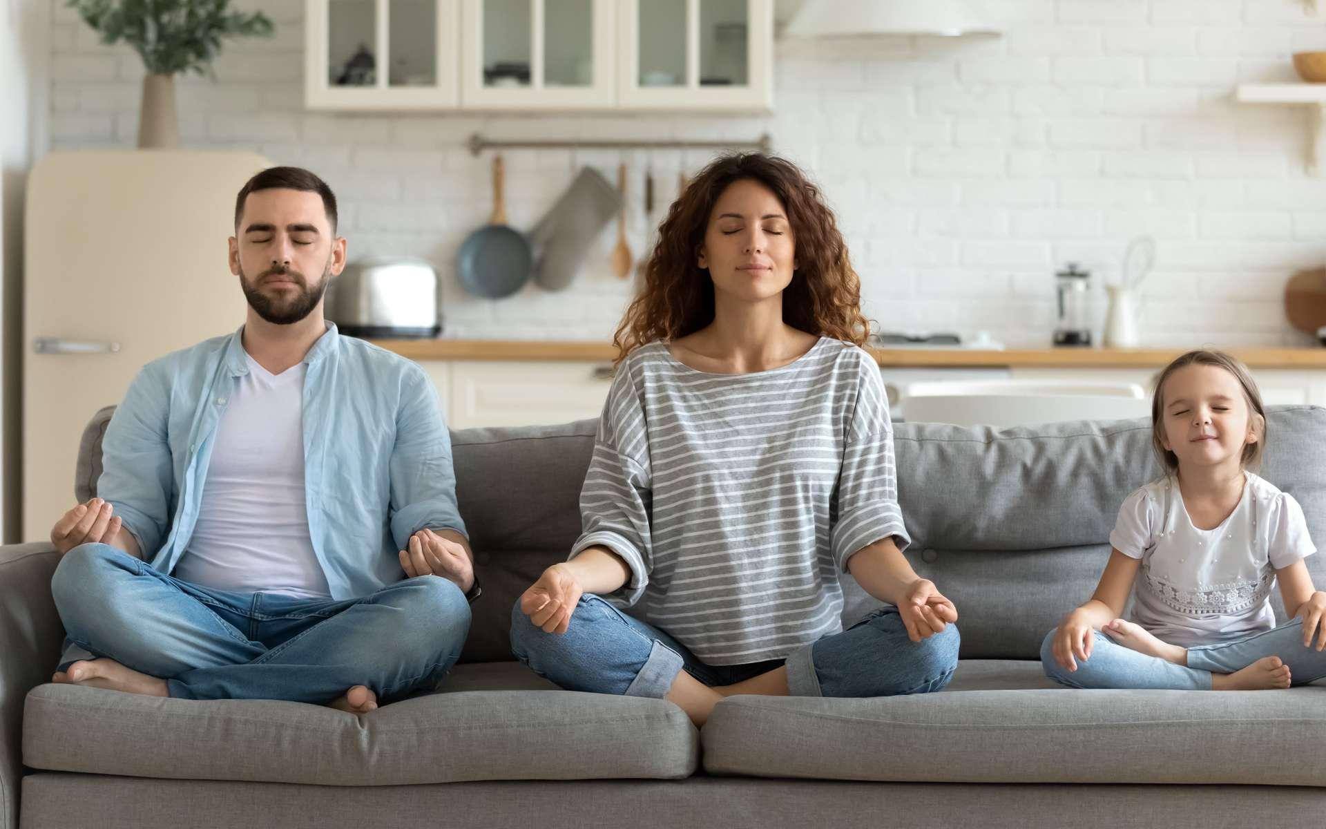 La méditation de pleine conscience permet de se recentrer sur l'instant présent. Seul ou à plusieurs ! © Fizkes, Adobe Stock