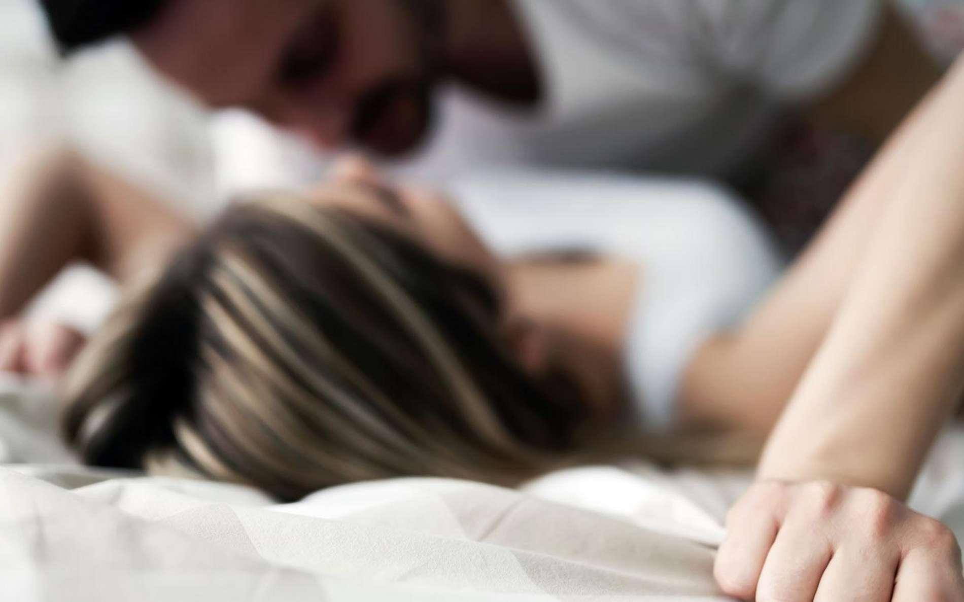 Durant des rapports sexuels non protégés, des infections sexuellement transmissibles peuvent être transmises d'un partenaire à l'autre. En cas de doute, il faut consulter un médecin. © iStock