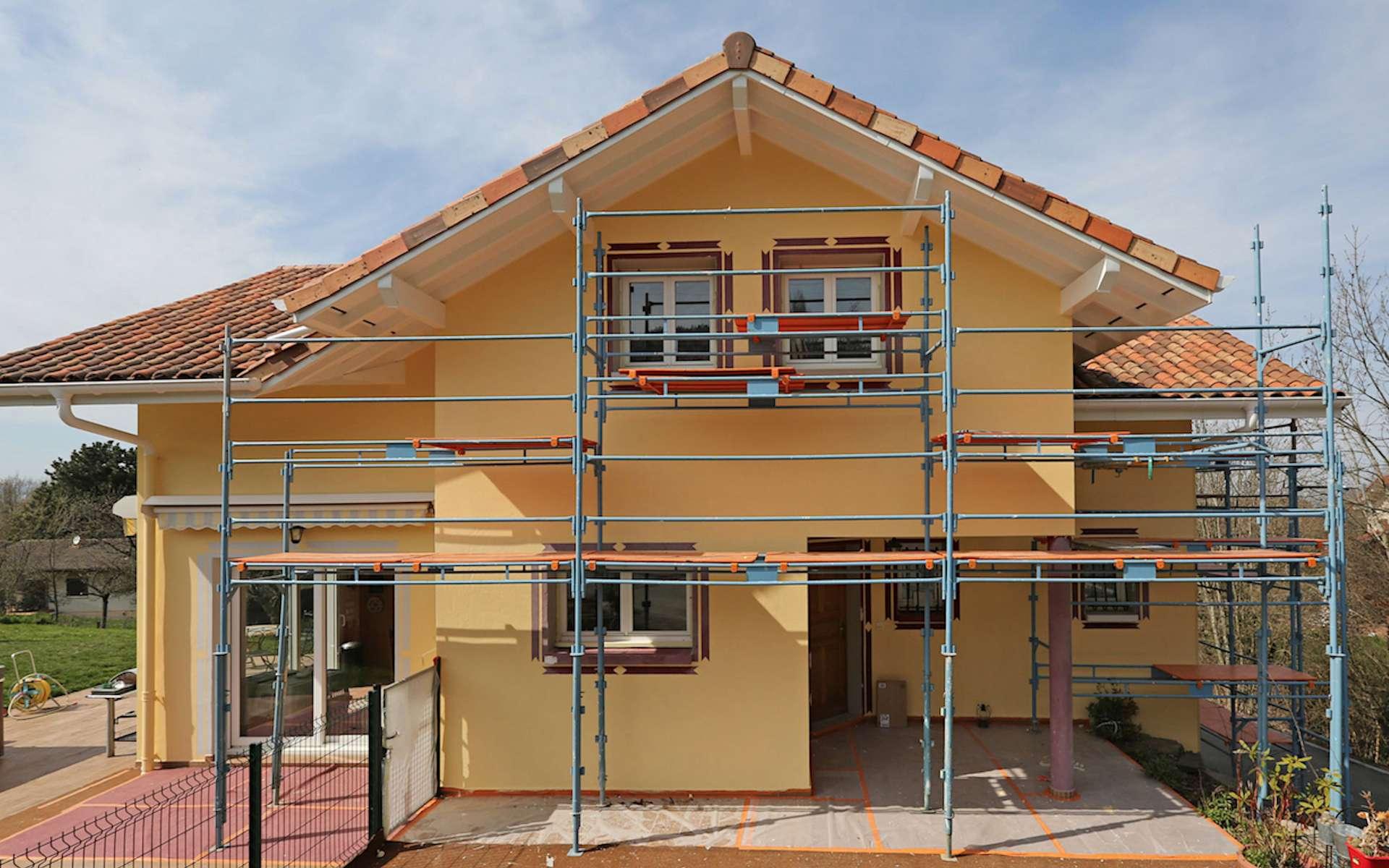 Il faut veiller à bien installer le matériel de protection avant de se lancer dans le décrassage de la façade de sa maison. © Donati Fils