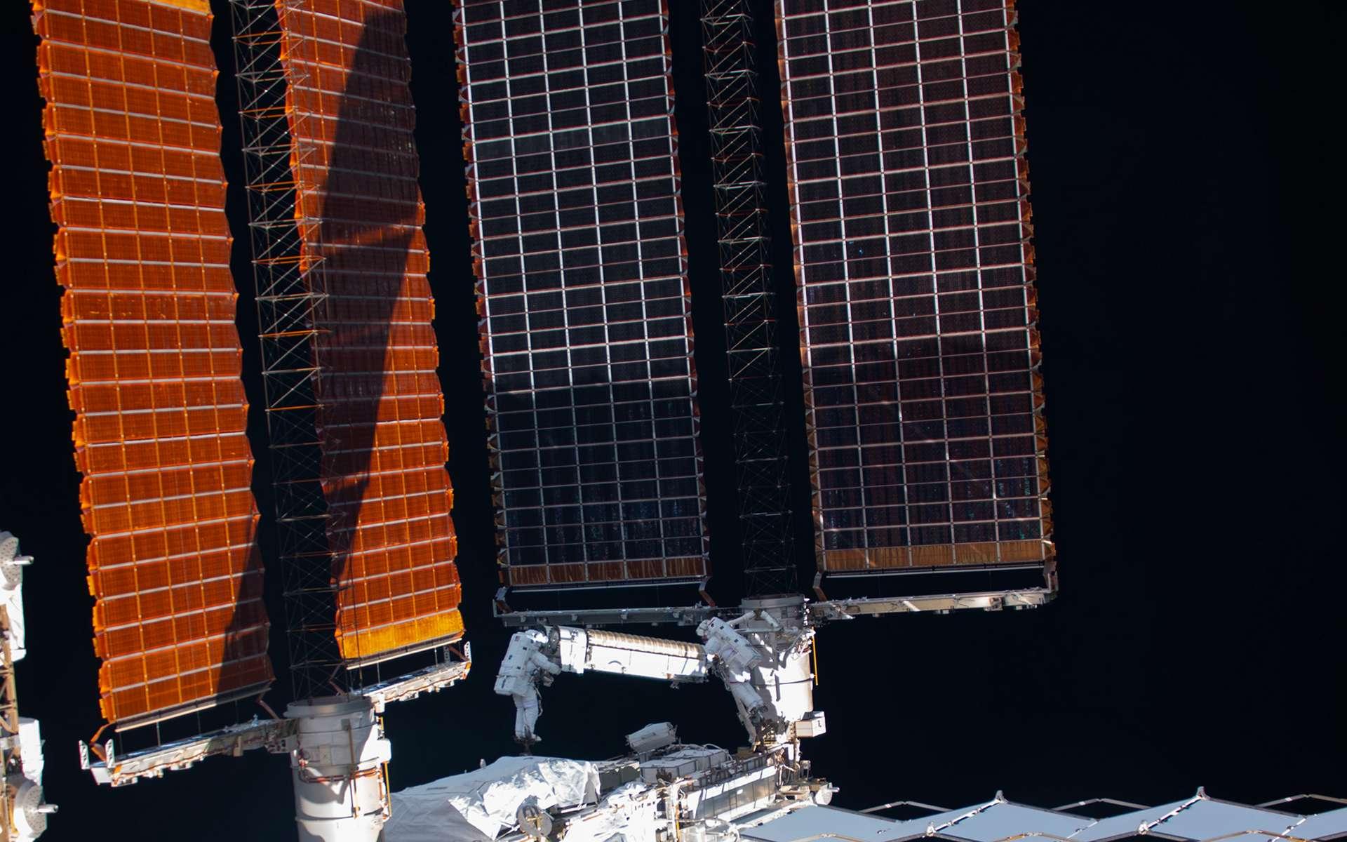 Cette image, acquise depuis l'intérieur de la Station spatiale internationale, permet de se rendre compte de la taille des panneaux solaires du complexe orbital. Thomas Pesquet et Shane Kimbrough sont à la manœuvre pour installer le premier panneau solaire iRosa. © Nasa