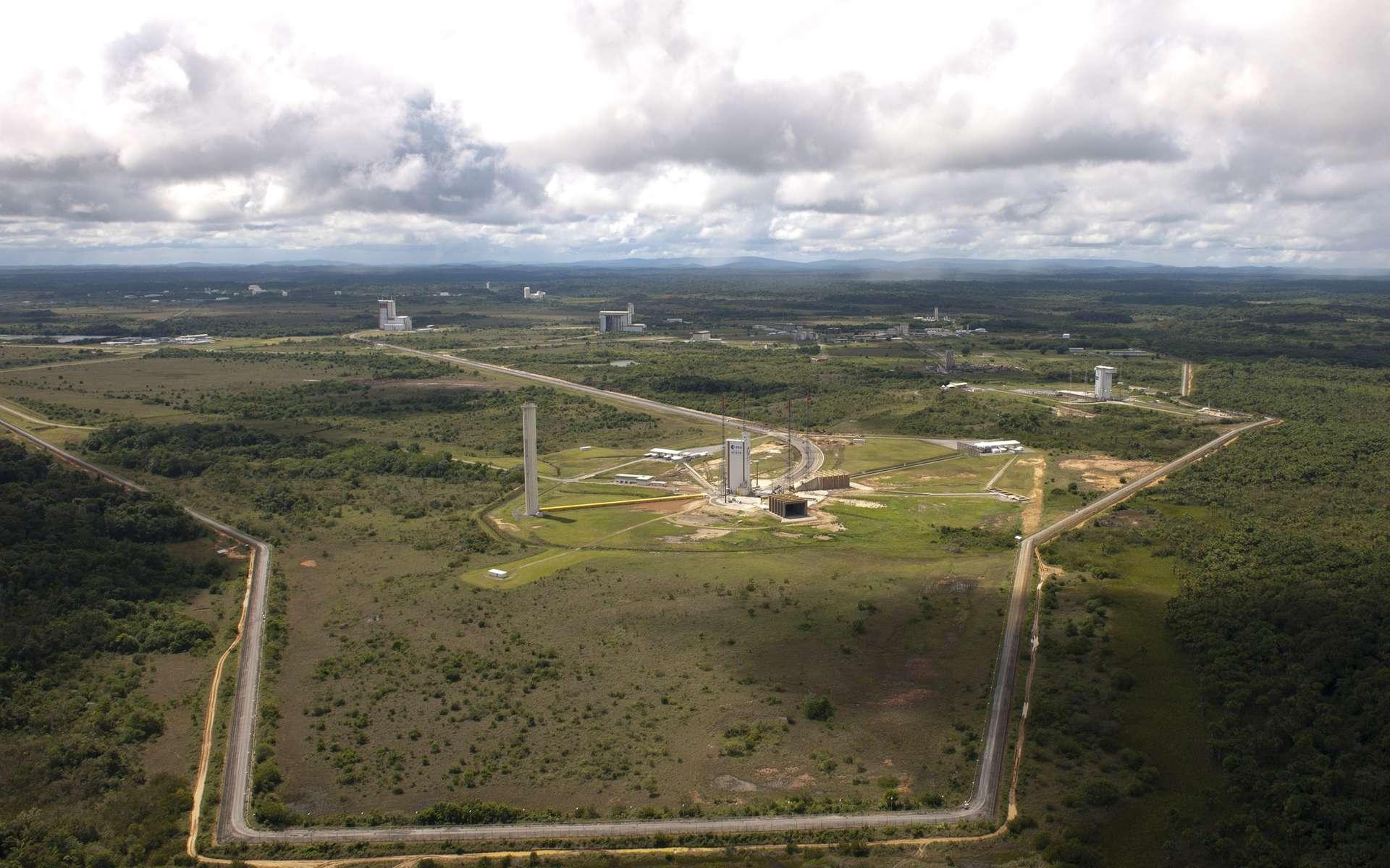 Le site de lancement de Kourou avec au premier plan le pas de tir des lanceurs Ariane 5 (Ela-3) et, sur la droite, celui du petit lanceur Vega (SLV). © Esa/S. Corvaja