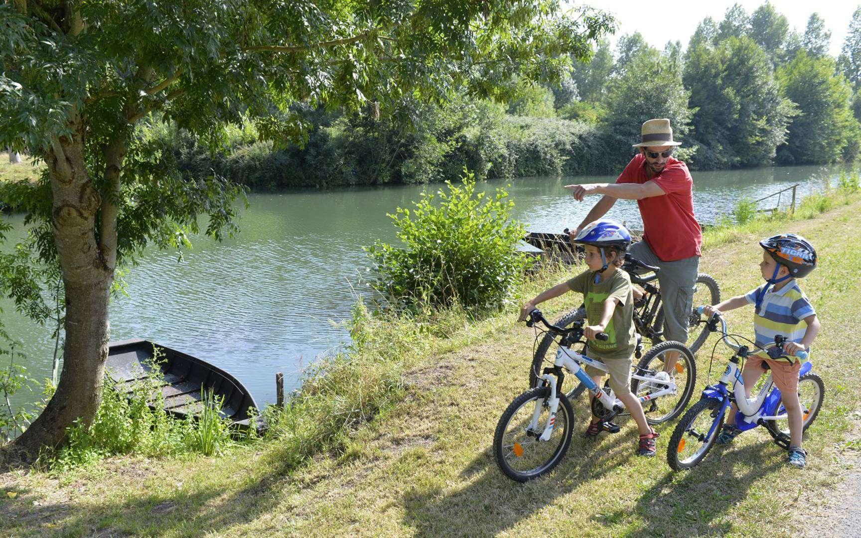 Le Marais poitevin à vélo, un paradis naturel à parcourir, en famille, en solo, entre amis. © Dari, Parc naturel régional du Marais poitevin