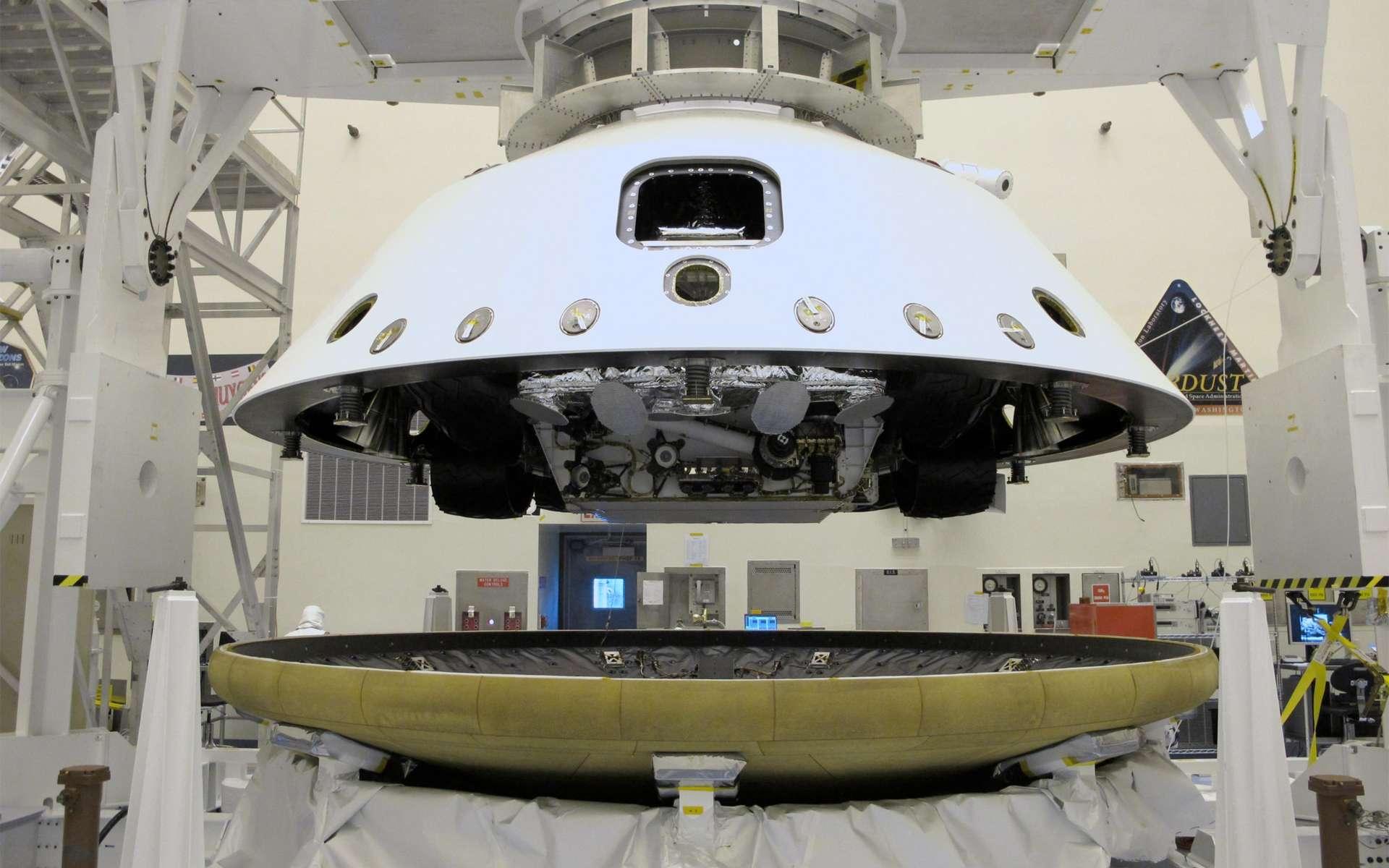 Le rover Curiosity est encapsulé dans son bouclier thermique. Le cône arrière, qui contient le rover (roues repliées), le Skycrane (la grue chargée de poser le rover sur la surface) et les parachutes, est installé sur le cône avant du bouclier. © Nasa/JPL-Caltech