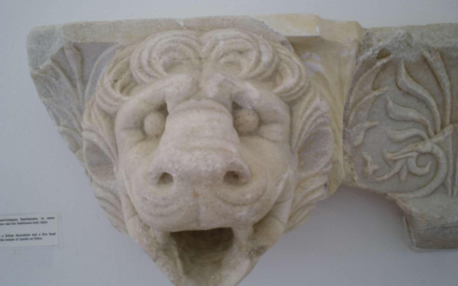 Cette cimaise, qui date du Ve siècle av. J.-C., montre toute sa richesse architecturale et décorative. © Cédric Boissière, CC BY-SA 3.0, Wikimedia Commons