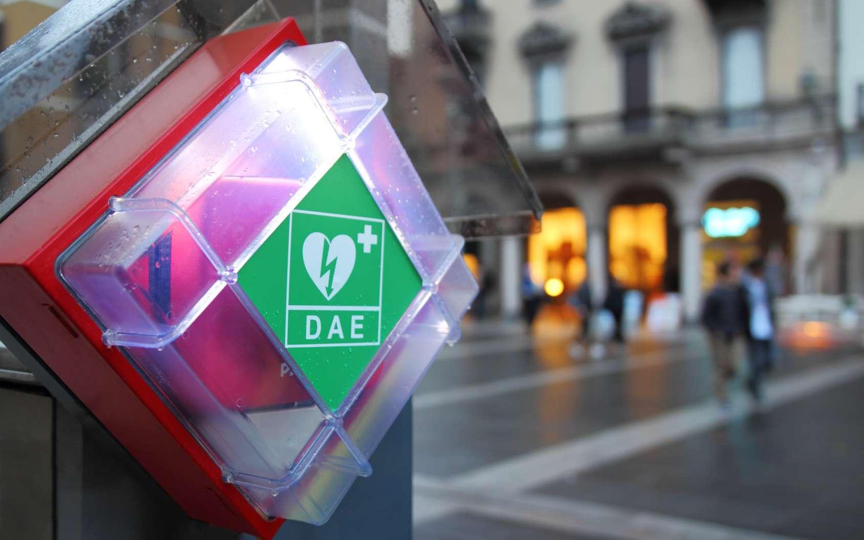 Des défibrillateurs sont présents dans les lieux publics. © EurekA_89 Gervasio S, Fotolia