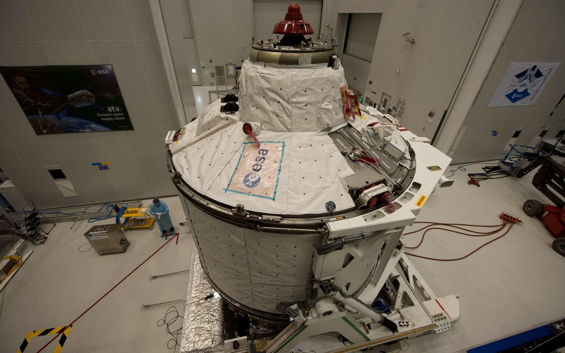 Le module ICC (pressurisé) de l'ATV sur lequel est installé le système intégré d'amarrage avec l'ISS. Cet élément est dérivé de systèmes déjà opérationnels sur les vaisseaux russes Soyuz et Progress. Il est fourni par la firme russe RSC-Energia. © Esa/S. Corvaja