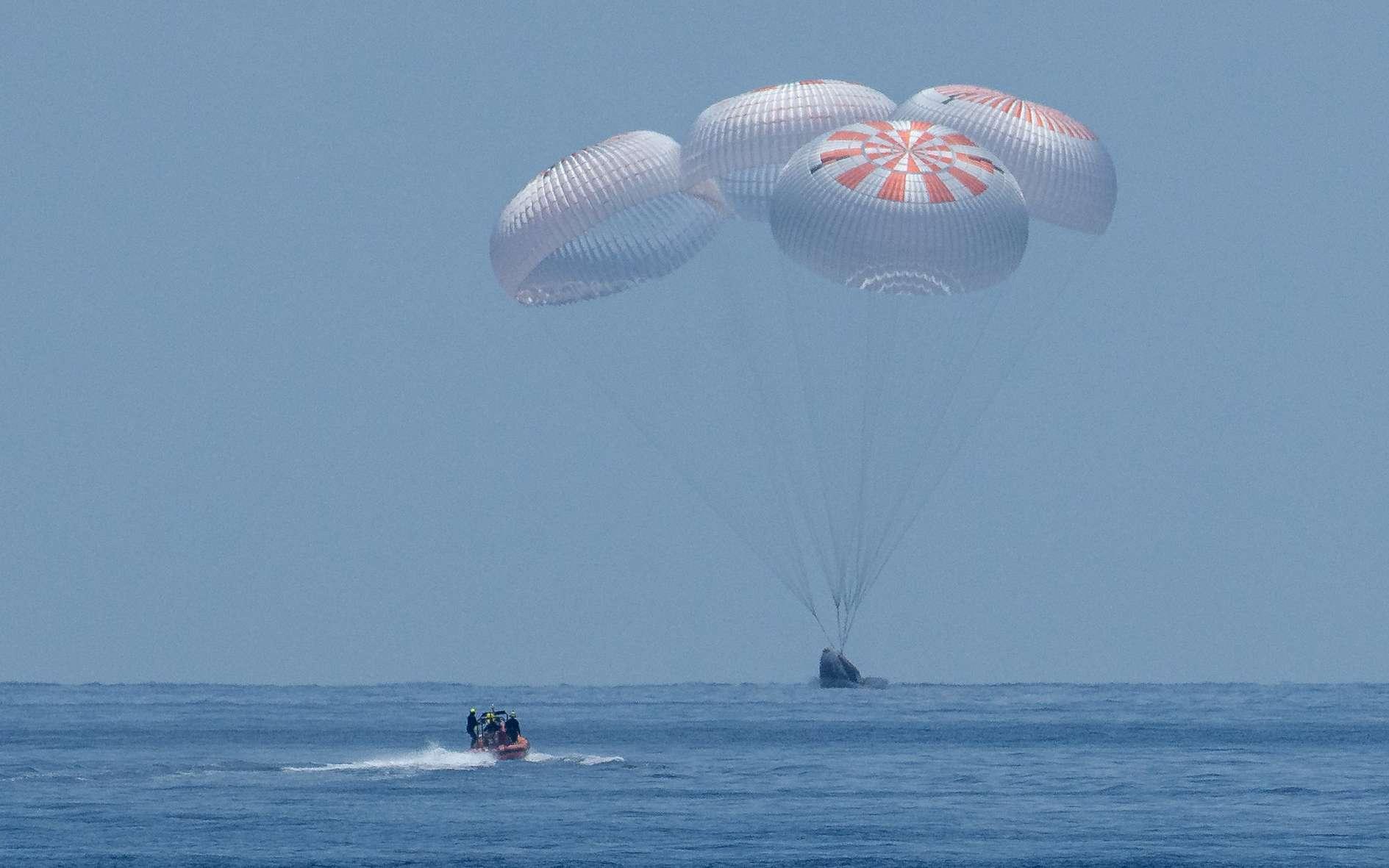Retour sur Terre de la capsule Crew Dragon de SpaceX avec à son bord les astronautes Doug Hurley et Bob Behnken. © Nasa, Bill Ingalls