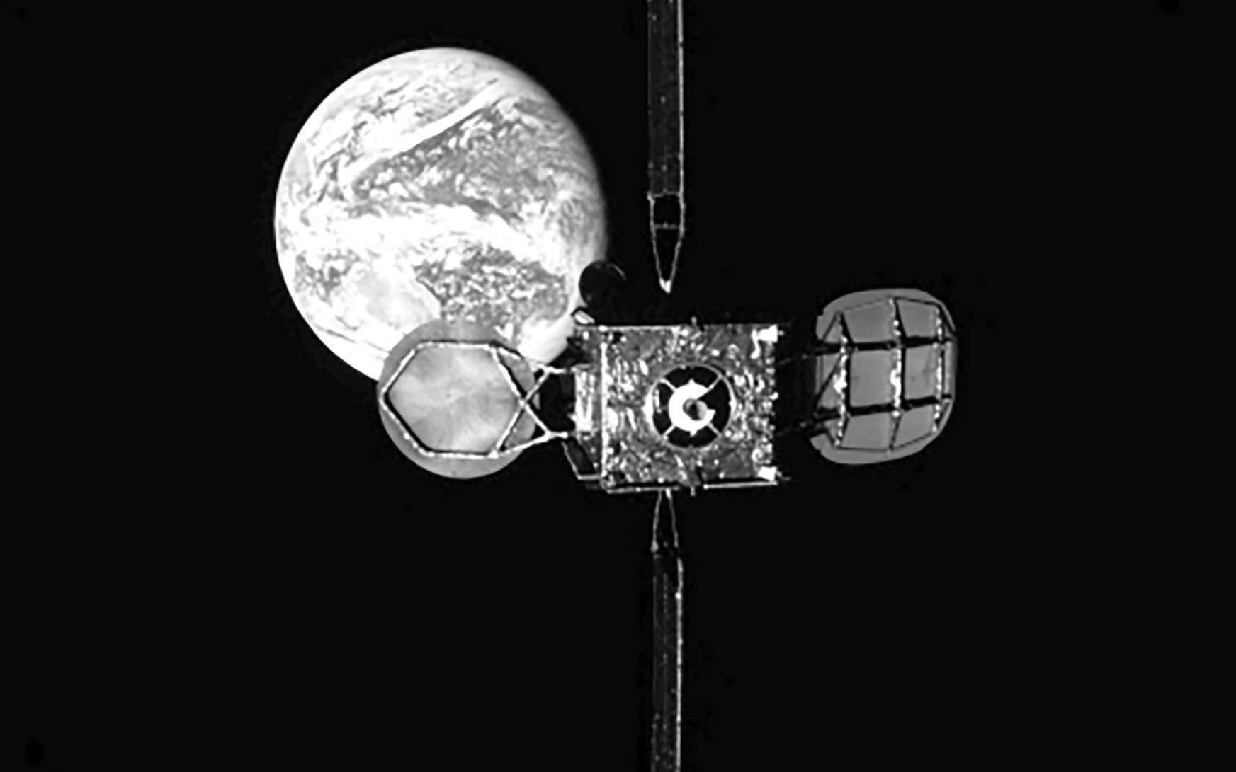 Le satellite de télécommunications Intelsat 901, vu depuis le remorqueur spatial MEV-1, avant qu'il s'y amarre. © Northrop Grumman