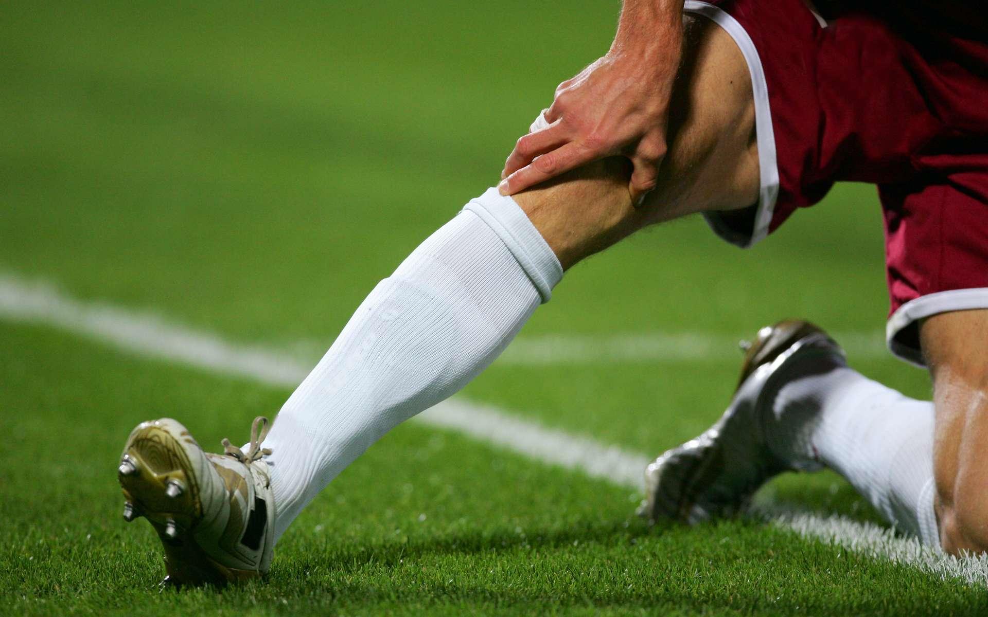 Les sport à pivot, comme le football ou le basket, présentent un risque de rupture du ligament croisé du genou. © karaboux, Adobe Stock