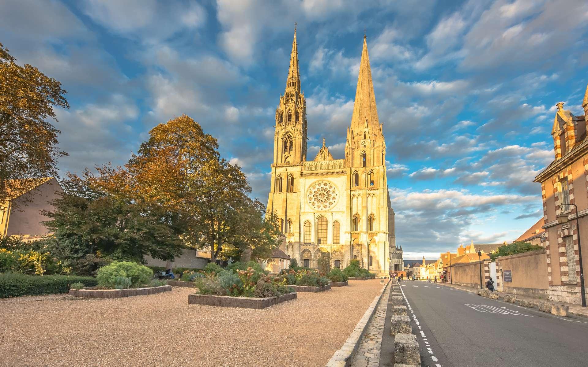 La cathédrale de Chartres est l'un des nombreux témoins de l'histoire de la ville, tout comme le plafond de bois sculpté découvert au sanctuaire de Saint-Martin-au-Val. © 120bpm, Adobe Stock