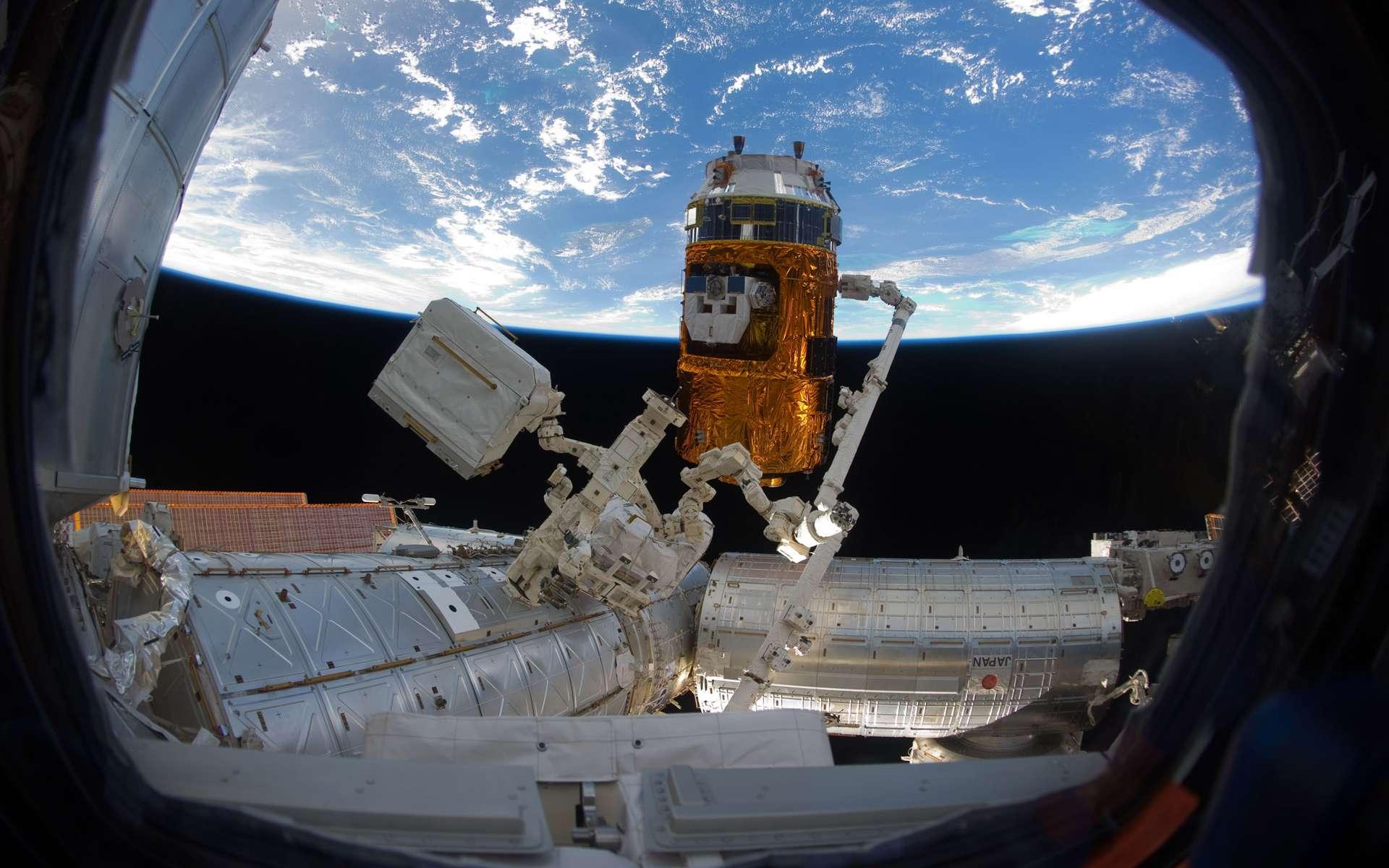 Les dégâts provoqués par le tremblement de terre ont contraint la Jaxa à fermer le centre spatial de Tsukuba d'où sont gérées les installations nippones de la Station. Le laboratoire scientifique Kibo et l'HTV-2 (à l'image) sont maintenant contrôlés par la Nasa, depuis Houston. © Nasa