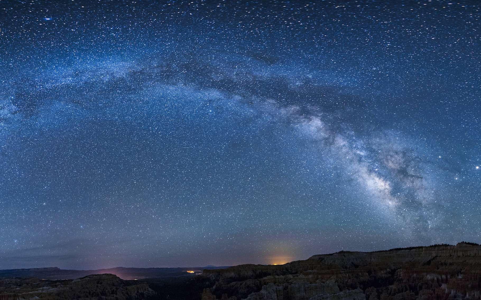 Des astronomes ont découvert un amas d'étoiles jeunes à la périphérie de la Voie lactée. Ces étoiles semblent s'être formées dans le courant magellanique formé par du gaz issu des nuages de Magellan, nos deux galaxies voisines. © Yggdrasill, Adobe Stock