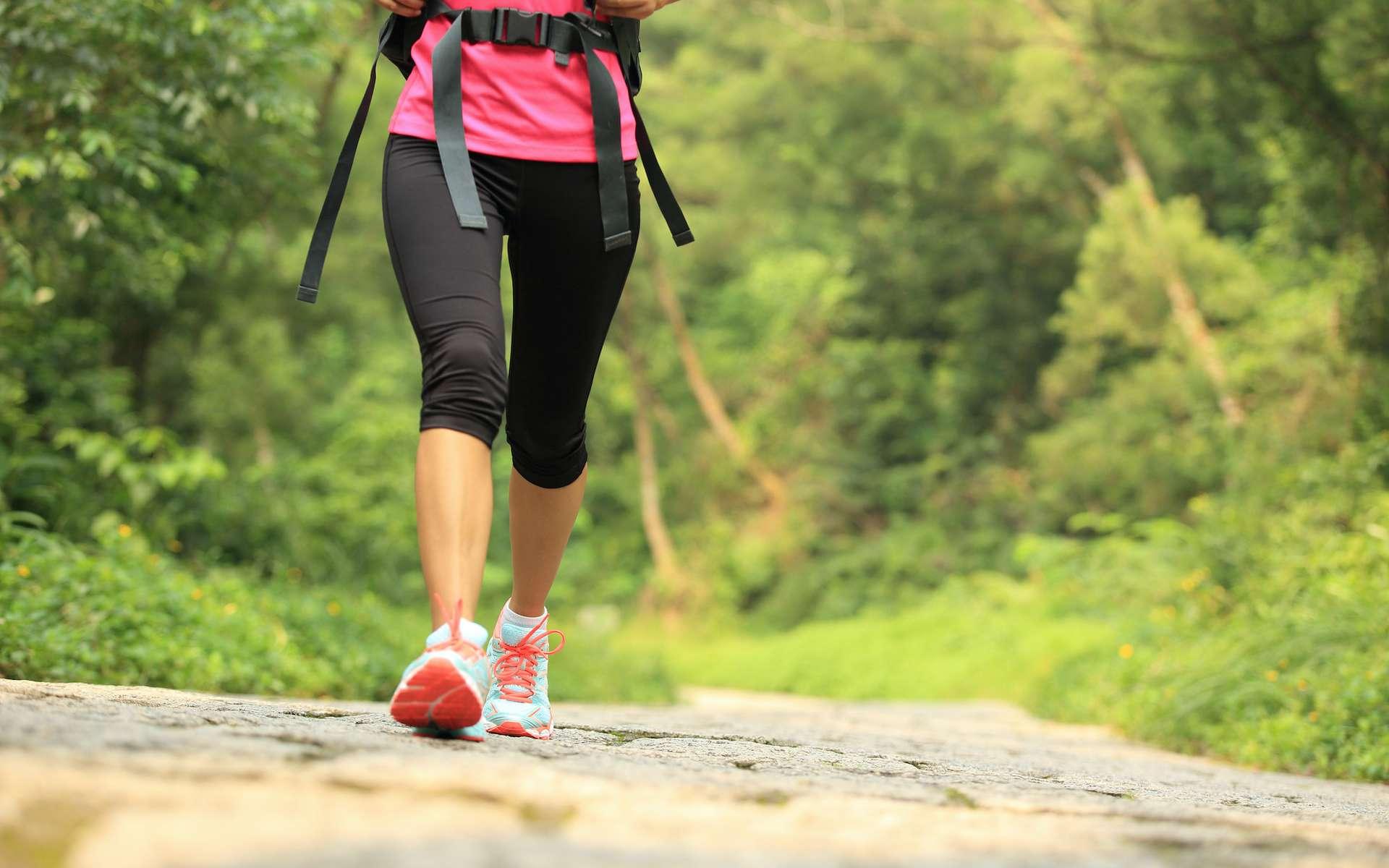 La marche, un sport complet et non traumatisant. Comment pratiquer ? © lzf, Adobe Stock