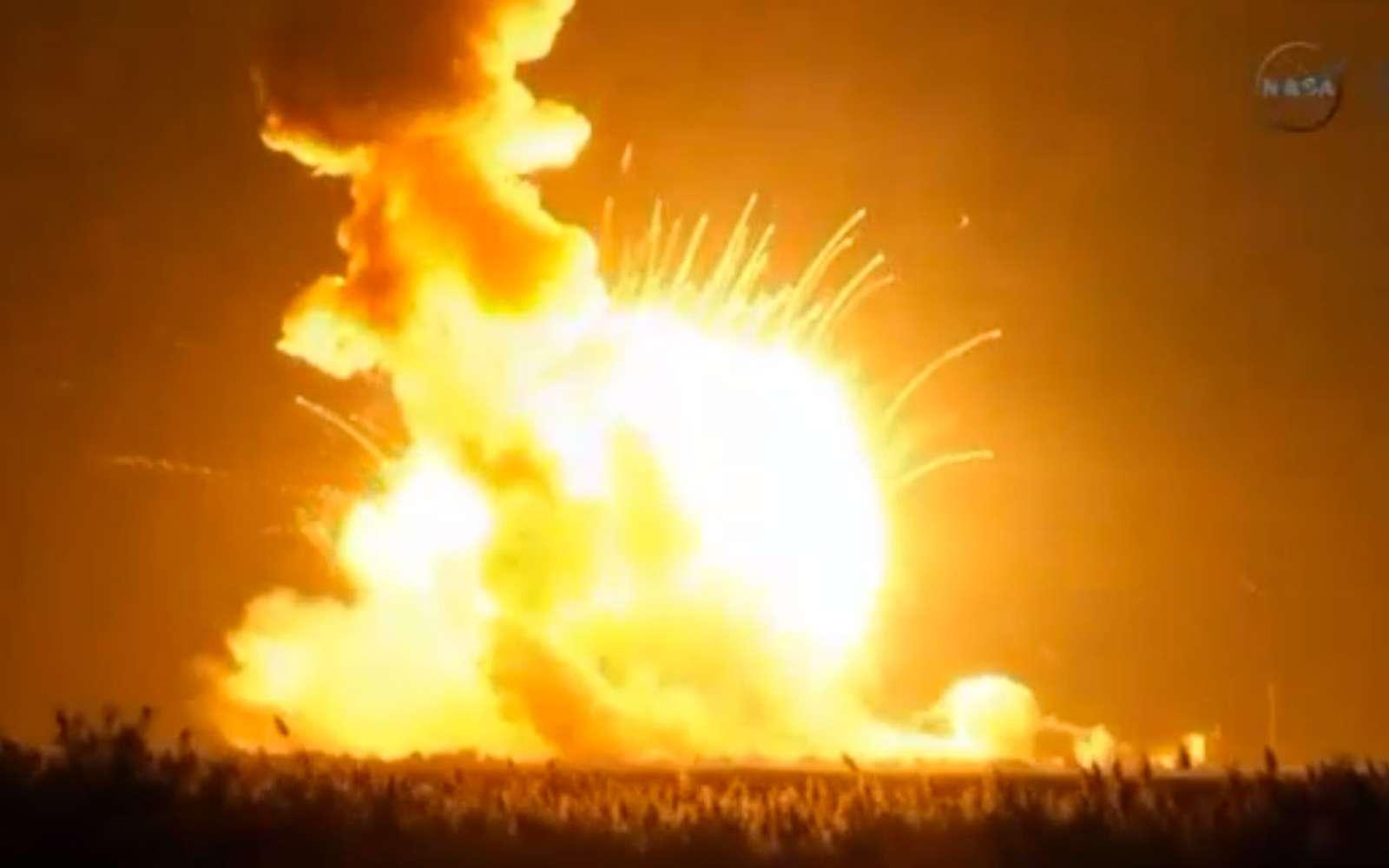 En retombant sur le pas de tir, le lanceur Antares a provoqué une seconde explosion. © Nasa TV