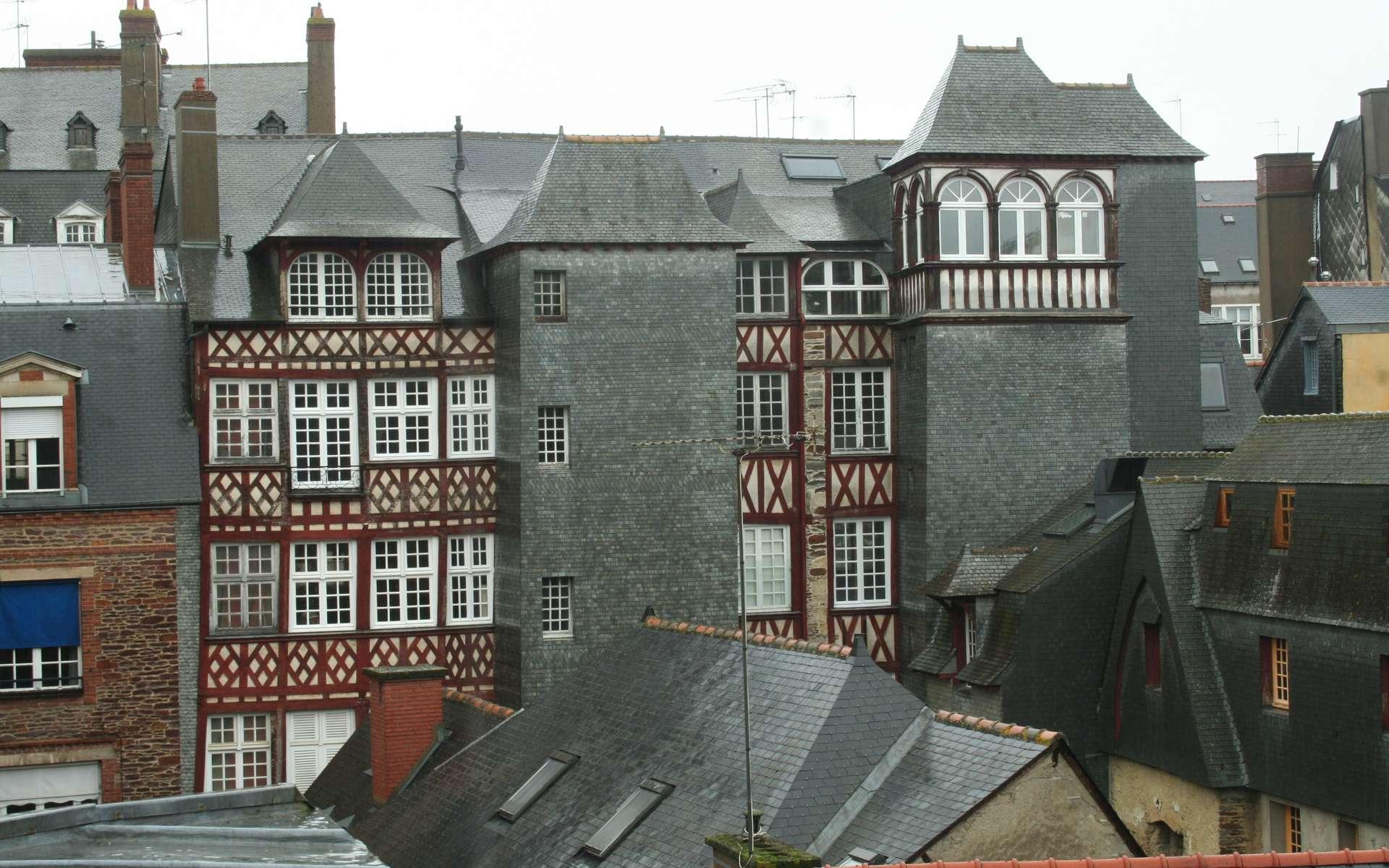 L'ardoise, par sa résistance, est beaucoup utilisée comme matériau de couverture. Ici, on peut voir des bardages et des toits constitués d'ardoise à Rennes. © Coyau, CC BY-SA 3.0, Wikimedia Commons