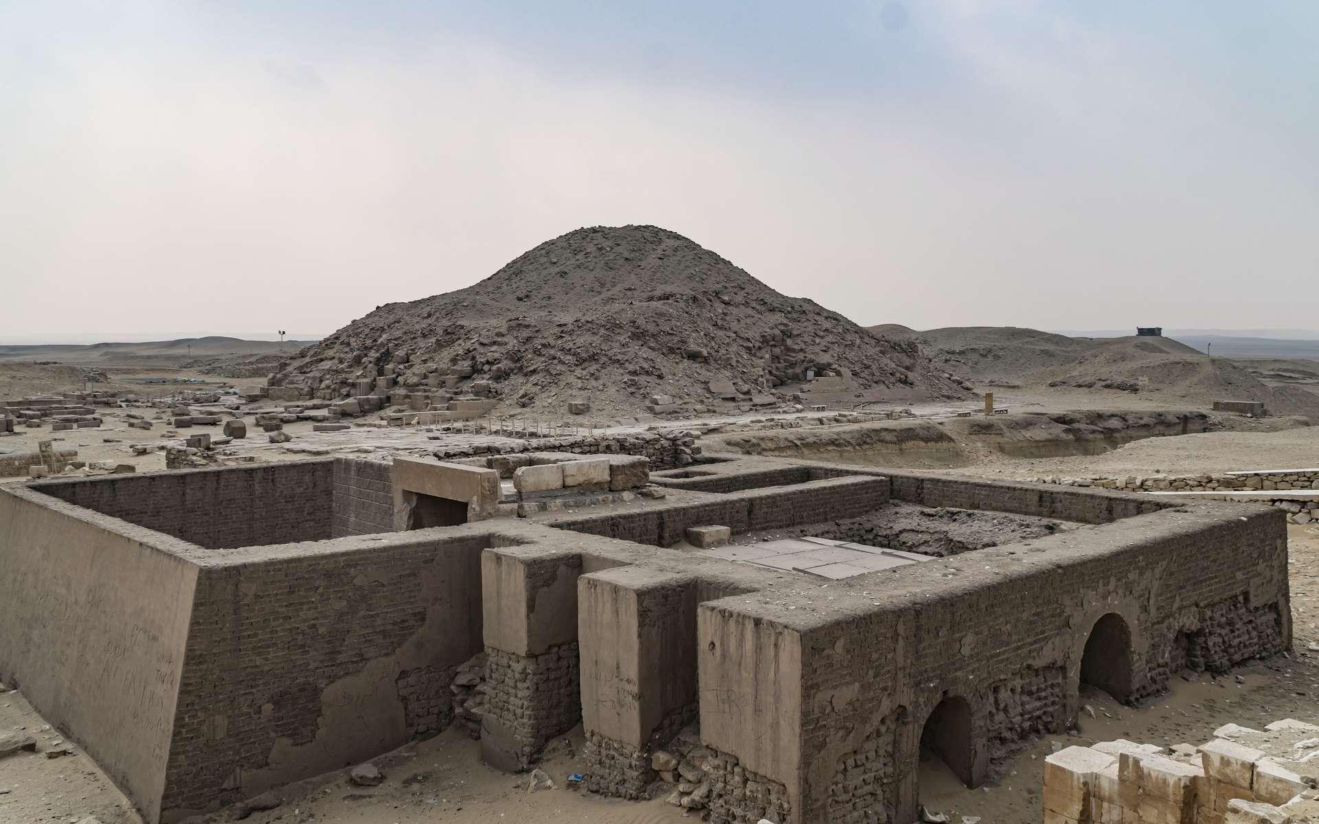 Le site de la nécropole de Saqqara dominé par la pyramide à degré de Djézer. © merlin74, Adobe Stock