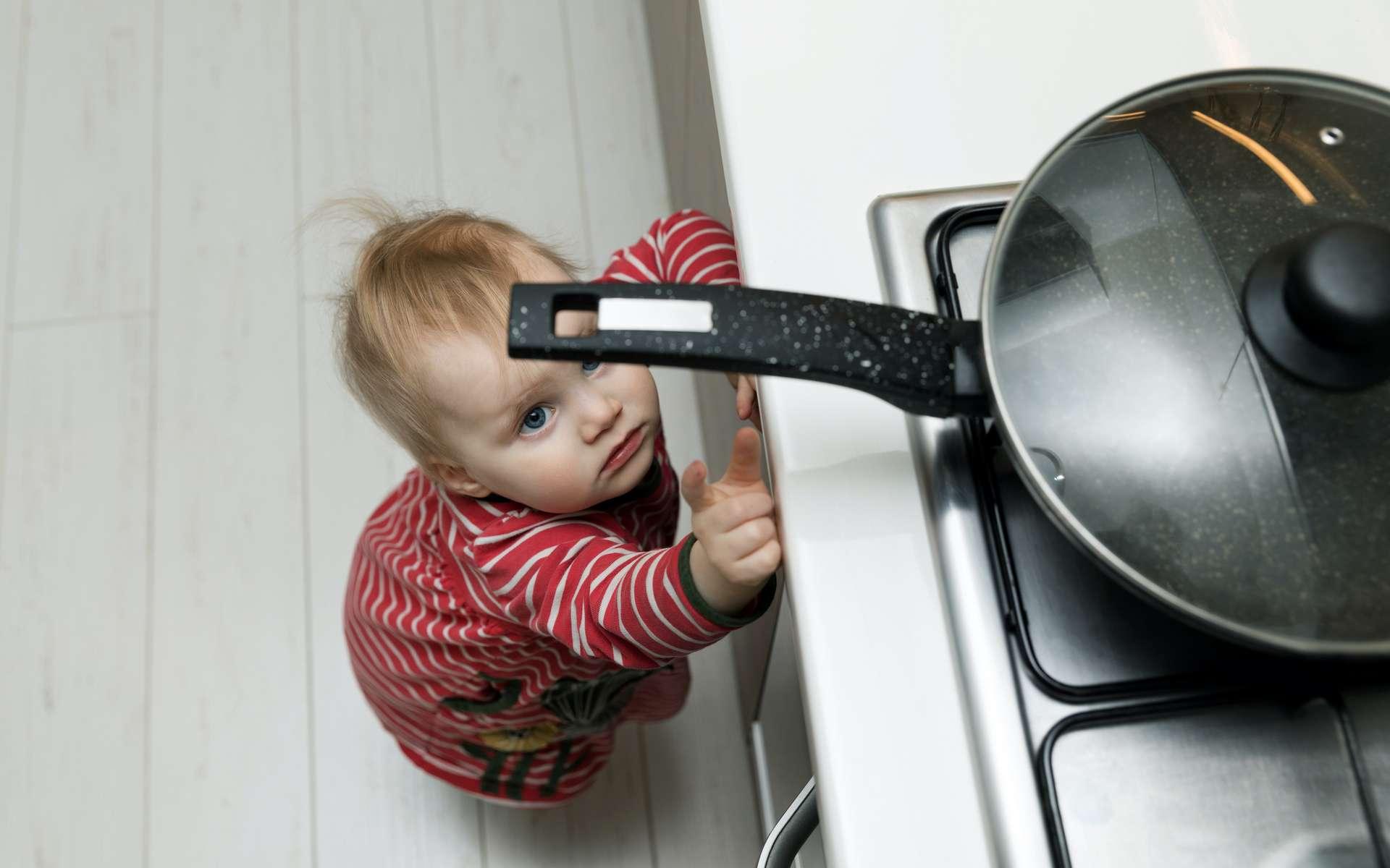 La cuisine, lieu de tous les dangers pour les enfants. © ronstik, Adobe Stock