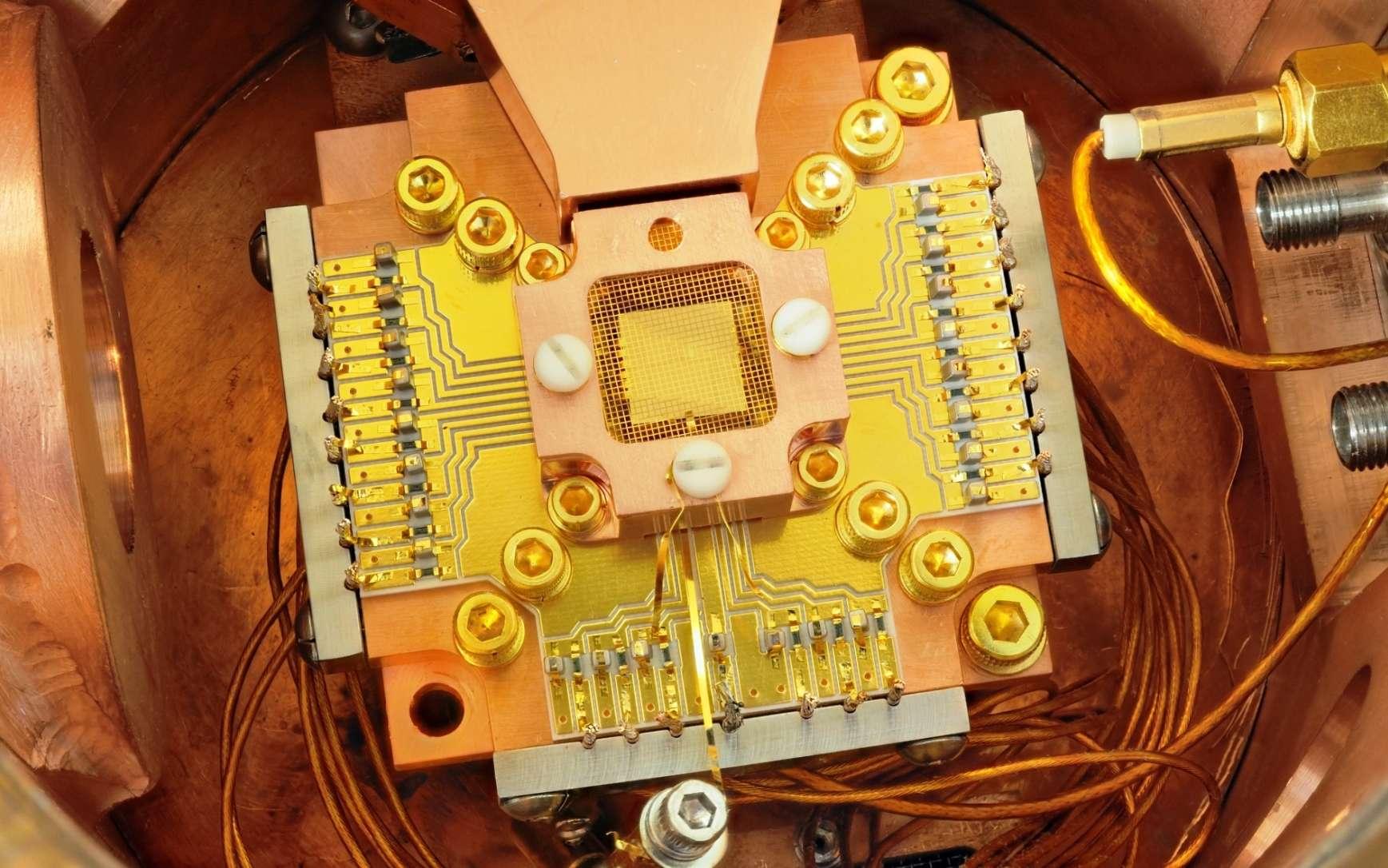 Une vue d'un des dispositifs utilisés dans les recherches sur les ordinateurs quantiques basés sur des pièges à ions. © Y. Colombe, NIST