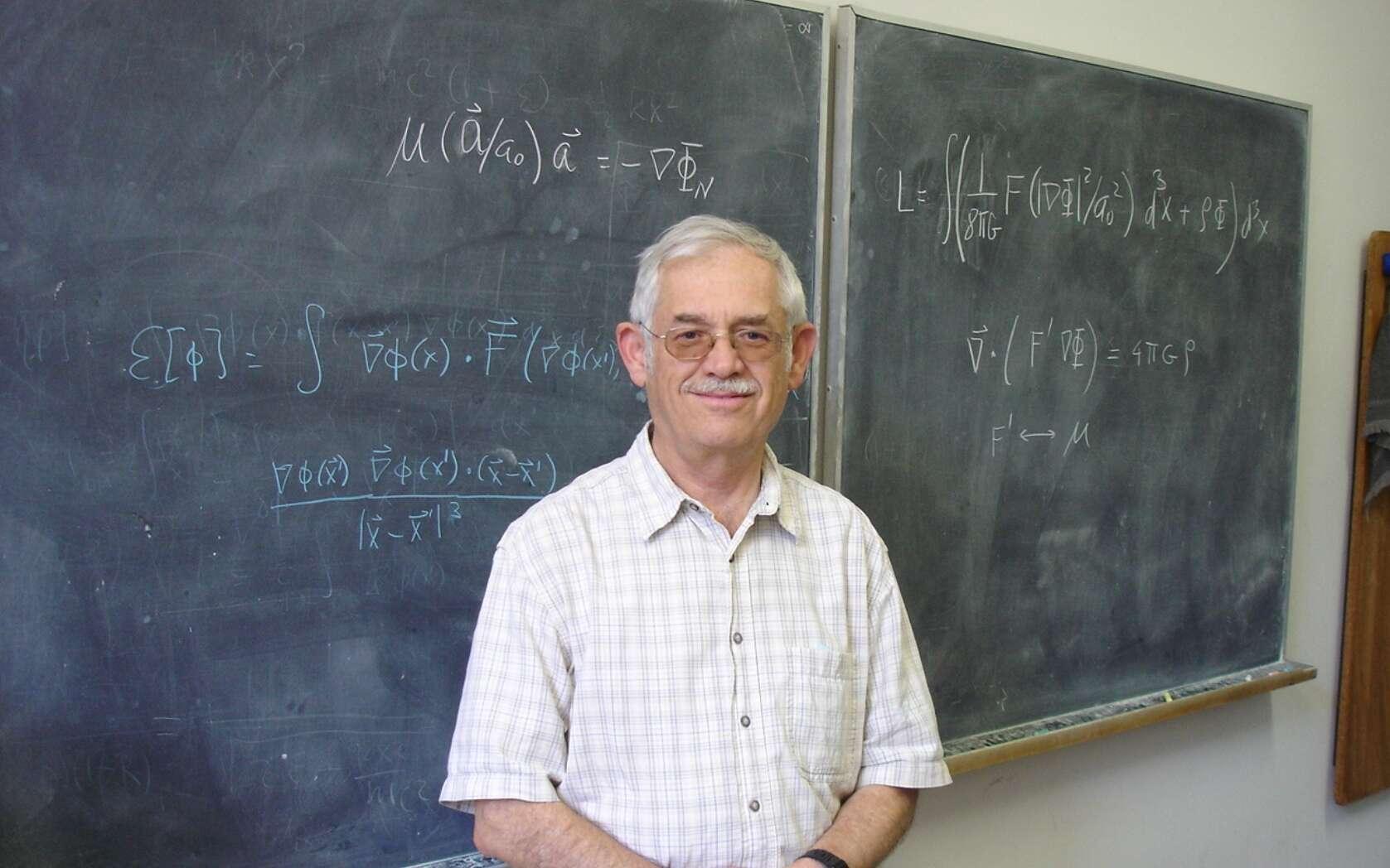 Le physicien Jacob Bekenstein était l'élève de John Wheeler, à Princeton (États-Unis), lorsqu'il découvrit que les trous noirs devaient posséder une entropie. Depuis lors, il s'interrogeait sur la gravitation quantique et sur la théorie MOND comme le montre cette photo. © DP, Wikipédia