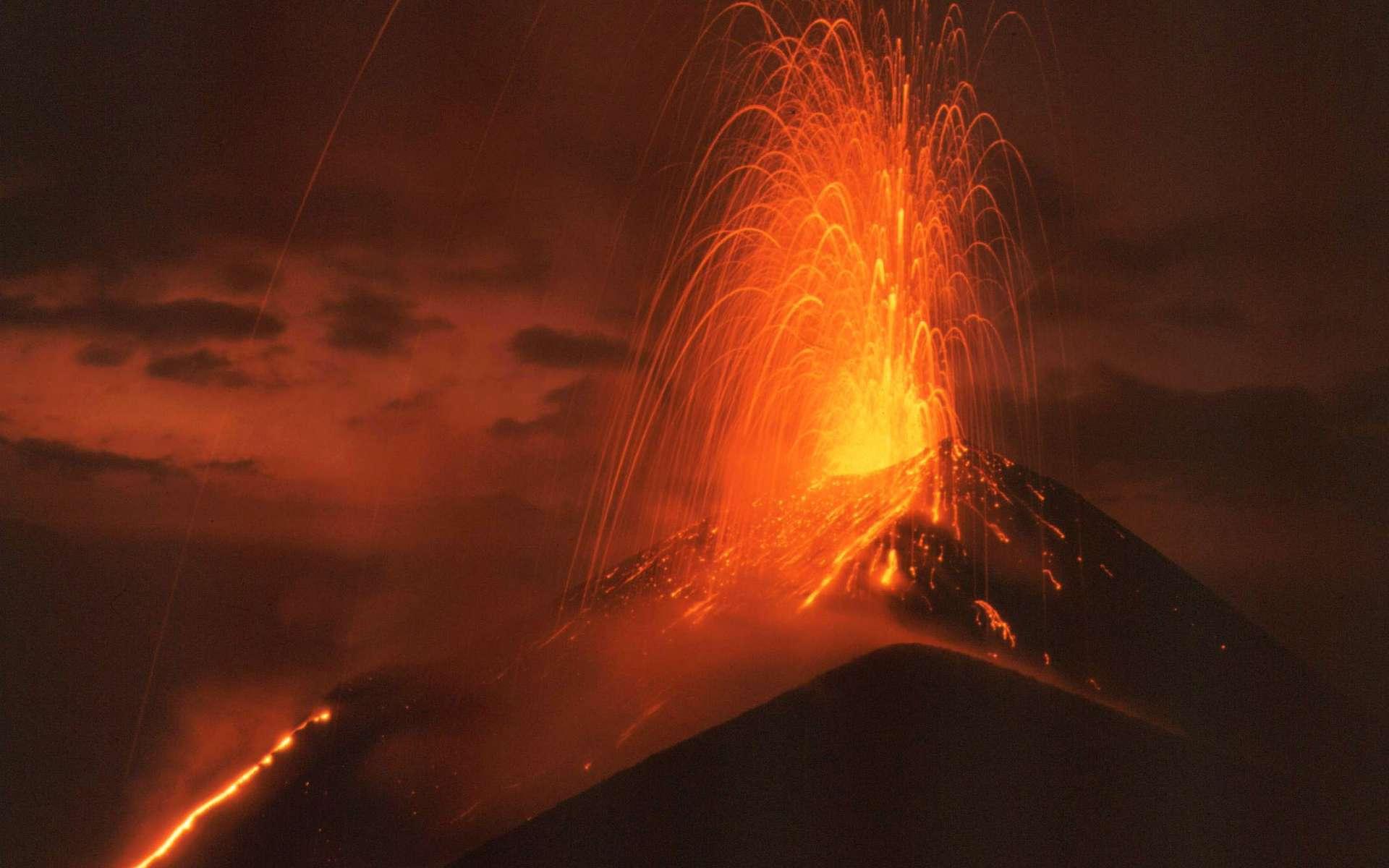 Vue nocturne d'une fontaine et d'une coulée de lave au sommet du Pacaya en 1992. C'est un volcan actif de 2.552 mètres d'altitude situé en périphérie de la ville d'Antigua, au Guatemala. Ses éruptions sont de type strombolienne. © Rolfcosar, Wikipédia, CC by-sa 2.5