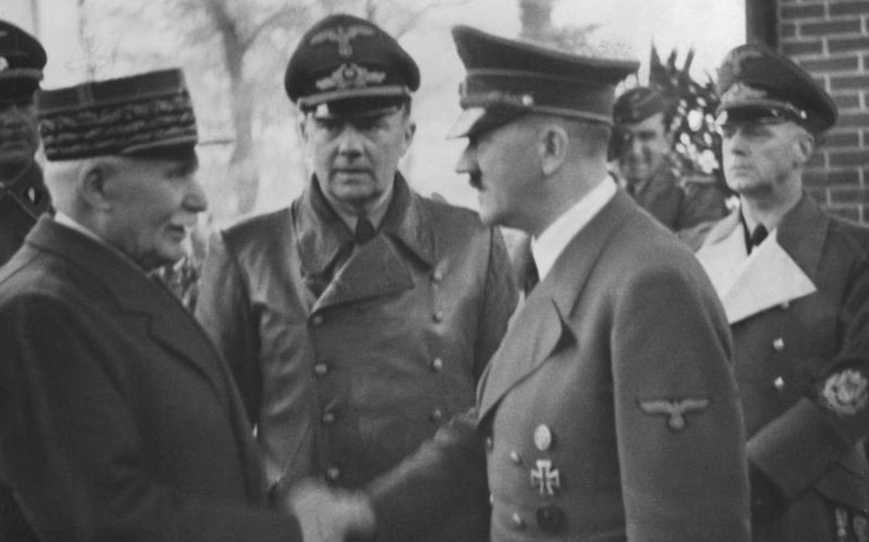 Le maréchal Philippe Pétain, ici avec Adolf Hitler, est un des symboles de la collaboration durant la seconde guerre mondiale. © Jäger, Wikimedia Commons, CC by-sa 3.0