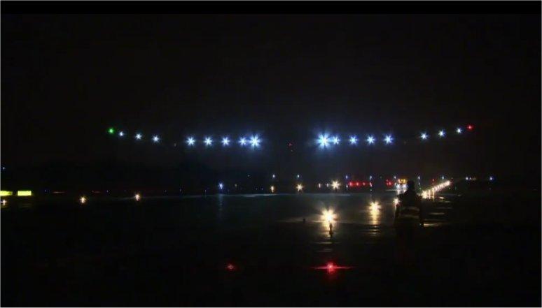 2012: le 20/03 à environ 20h40 - deux boules semblant être reliées - D13, La Sommette, 25510 Doubs, Françe (25)  - Page 3 Solar_Impulse_Atterrissage_Rabat_5juin2012