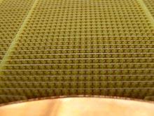 Six cents petites tiges de cuivre en forme de I dévient le rayonnement micro-onde, entre 1 et 18 GHz. © David R. Smith