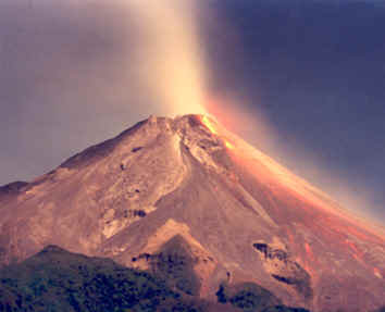 Depuis le tremblement de terre de samedi, le stratovolcan Merapi montre des signes inquiétants de regain d'activité (Crédits : CNRS)
