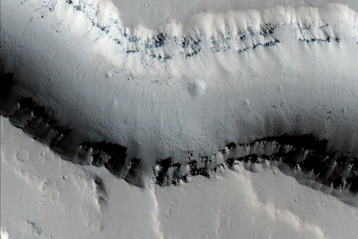 De l'eau ou de la lave dans les chenaux martiens ? Mars_08