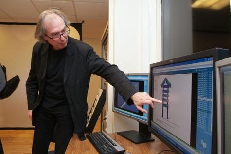 Jean-Pierre Houdin montre une image de la chambre du Roi. L'ordinateur a appliqué les forces s'exerçant sur ce monument interne quand la pyramide l'a recouvert, et en tenant compte d'un petit affaissement sur l'un des piliers. Résultat : trois fissures apparaissent à l'écran là où elles existent bel et bien !Crédit: Dassault Systèmes